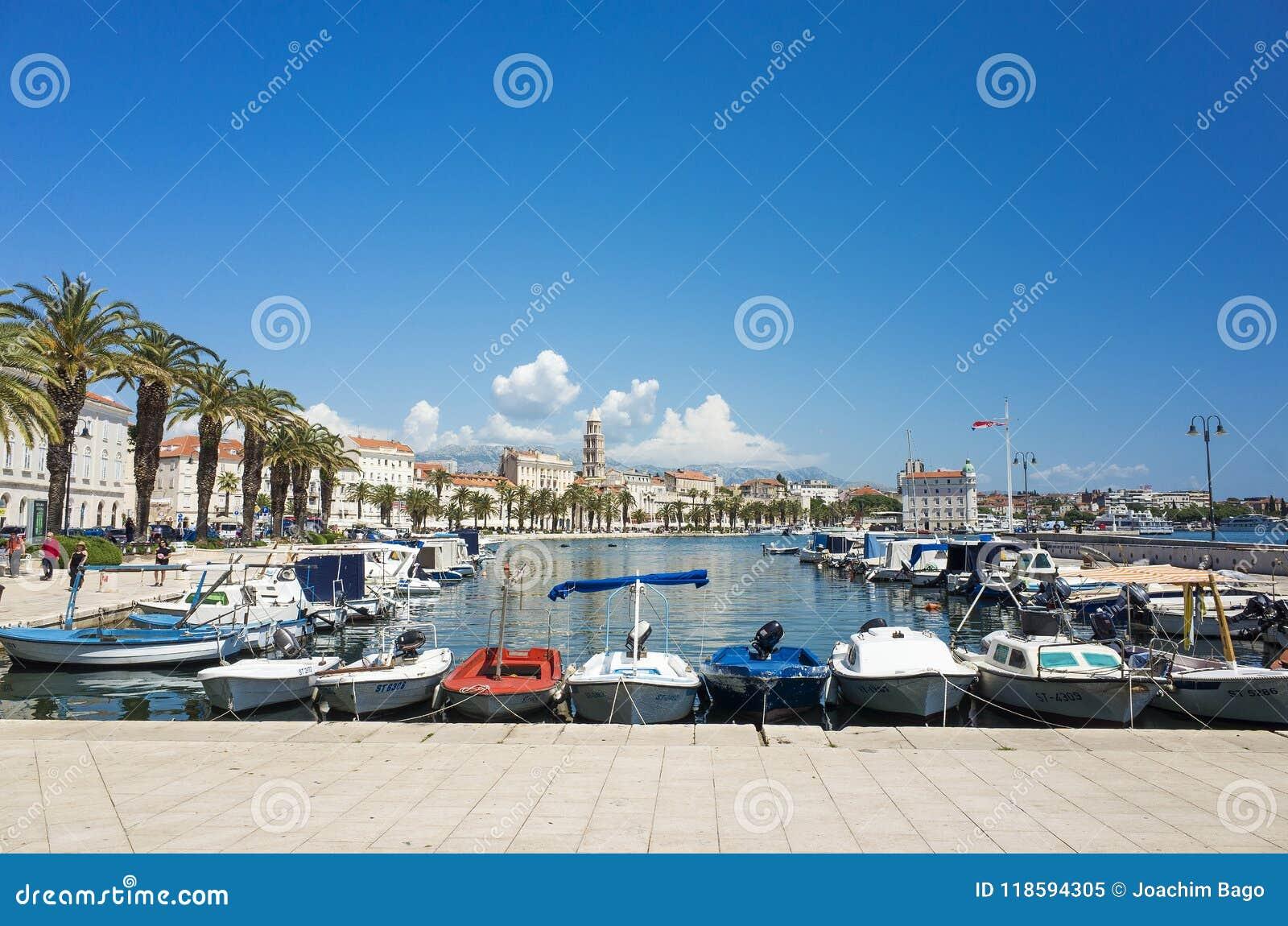 Ukrywa z łodziami i niebieskim niebem w Rozszczepionym Chorwacja Europa