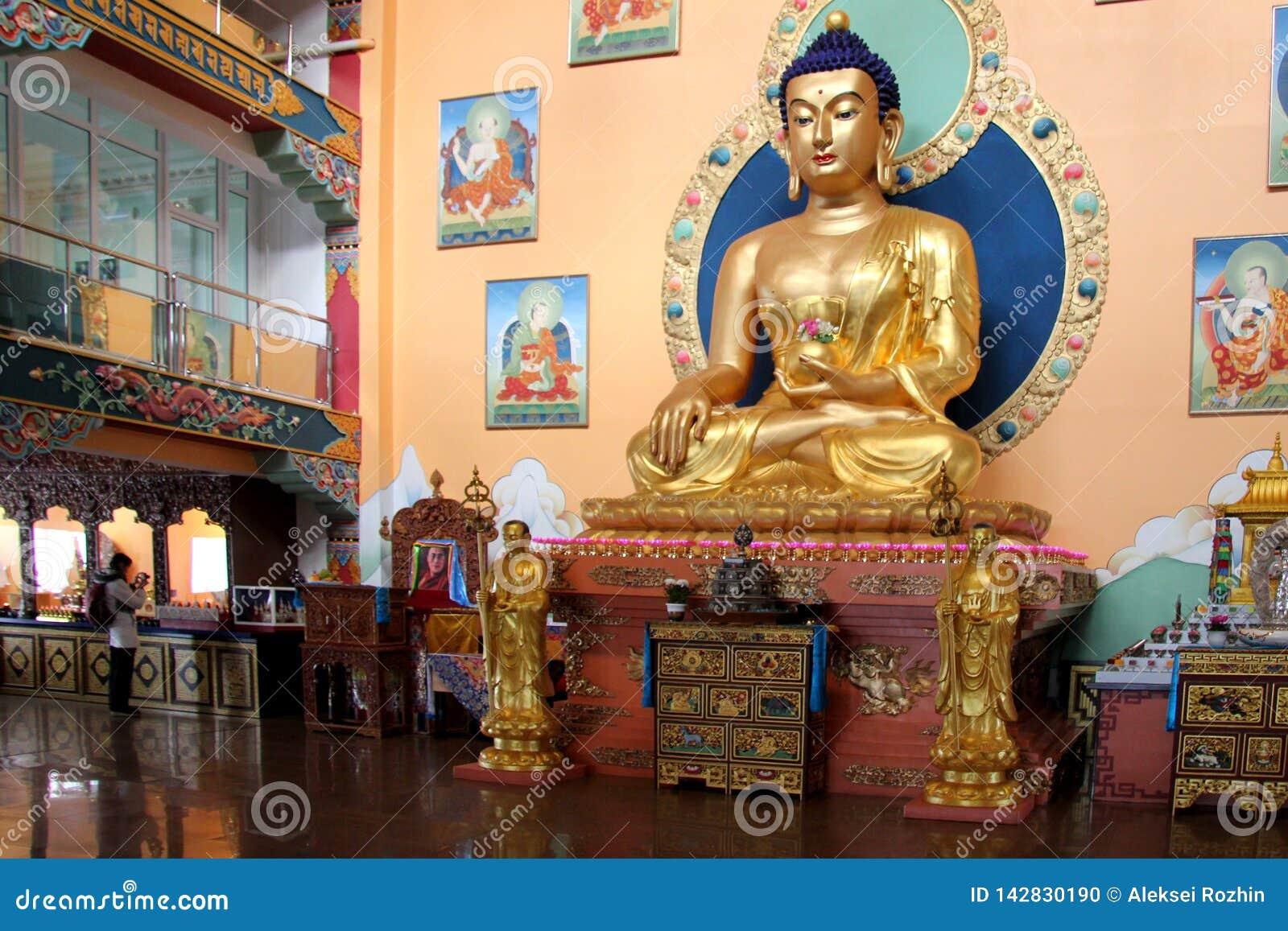 Ulán Udé, Rusia, 03 15 Estatua 2019 de Buda en una iglesia budista Rinpoche Bagsha