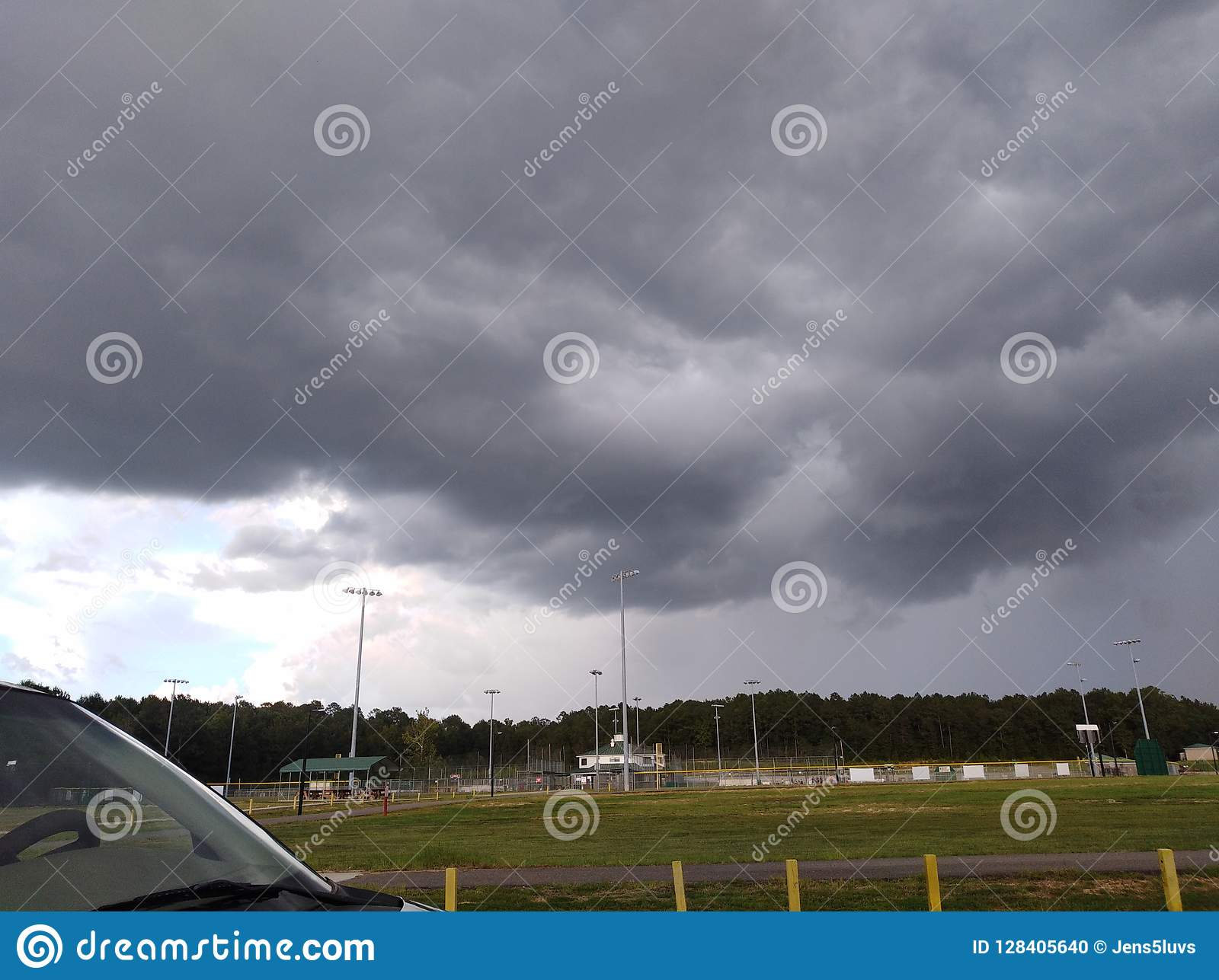 Ulewa daleko w odległości nad baseballa polem