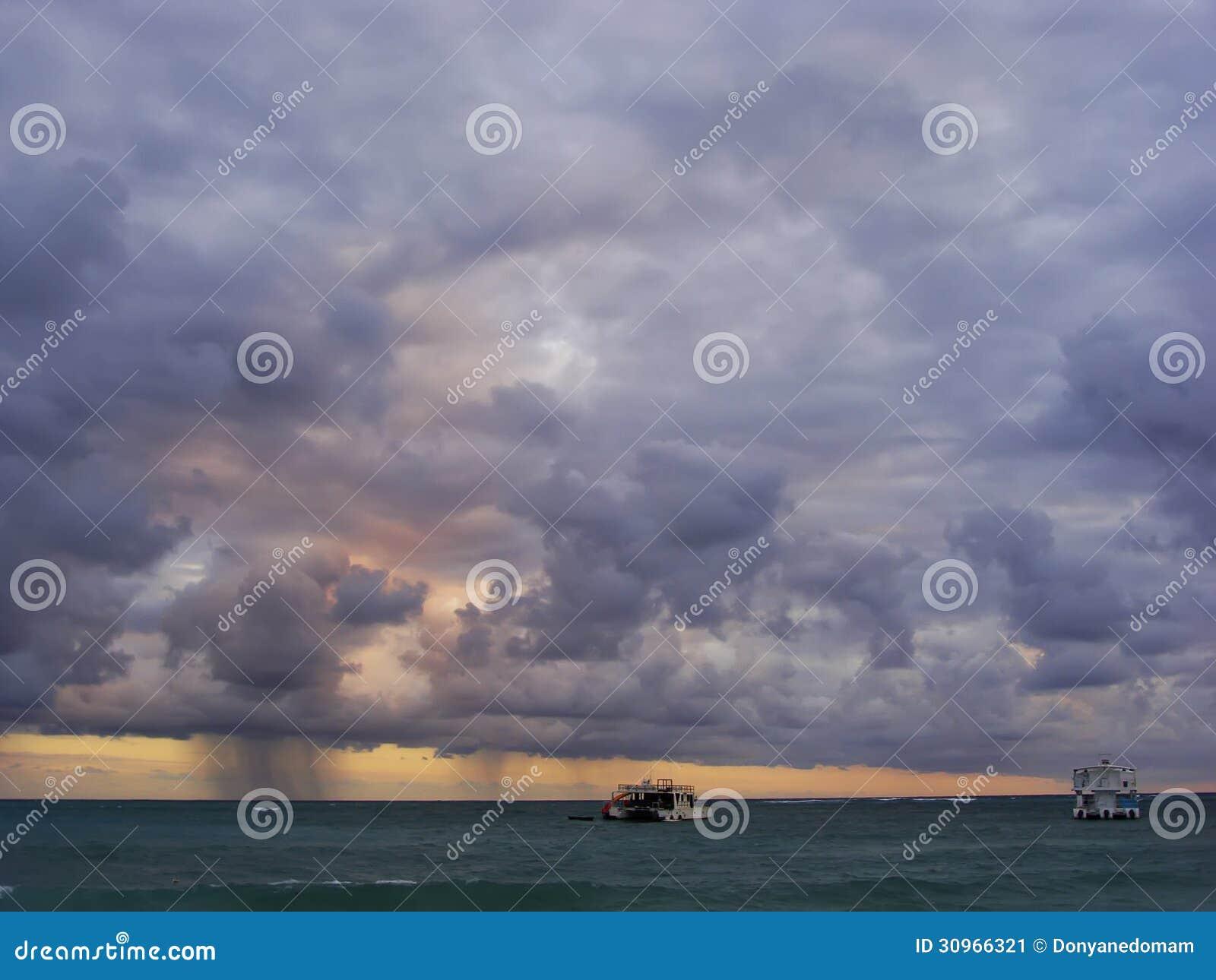 Ulewa w morzu przy wschodem słońca