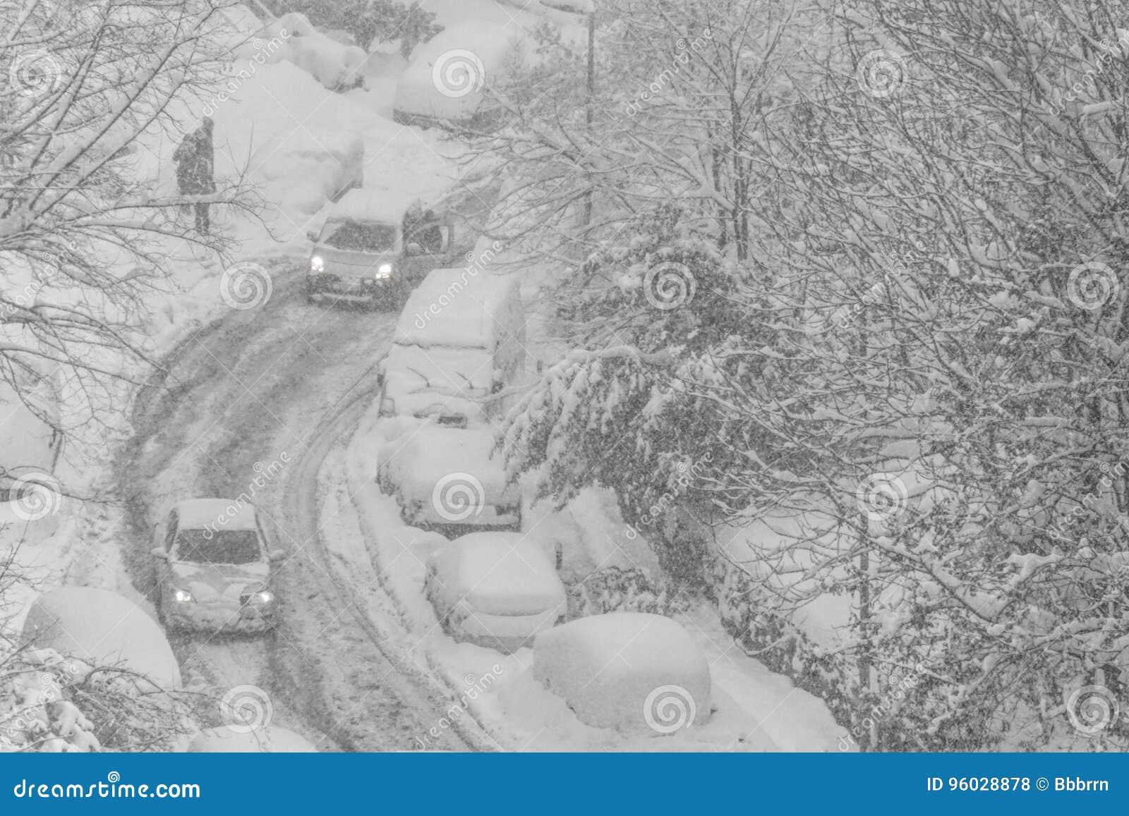 Ulica pod śniegiem w zimie