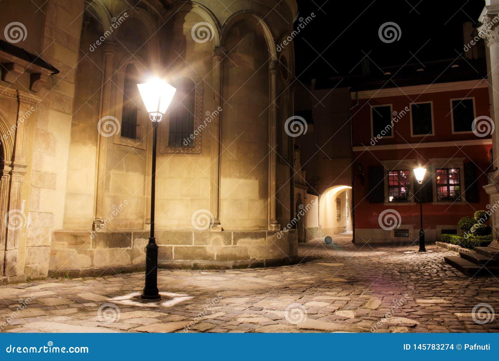 Ulica przy nocą w starym miasteczku Lviv, Ukraina
