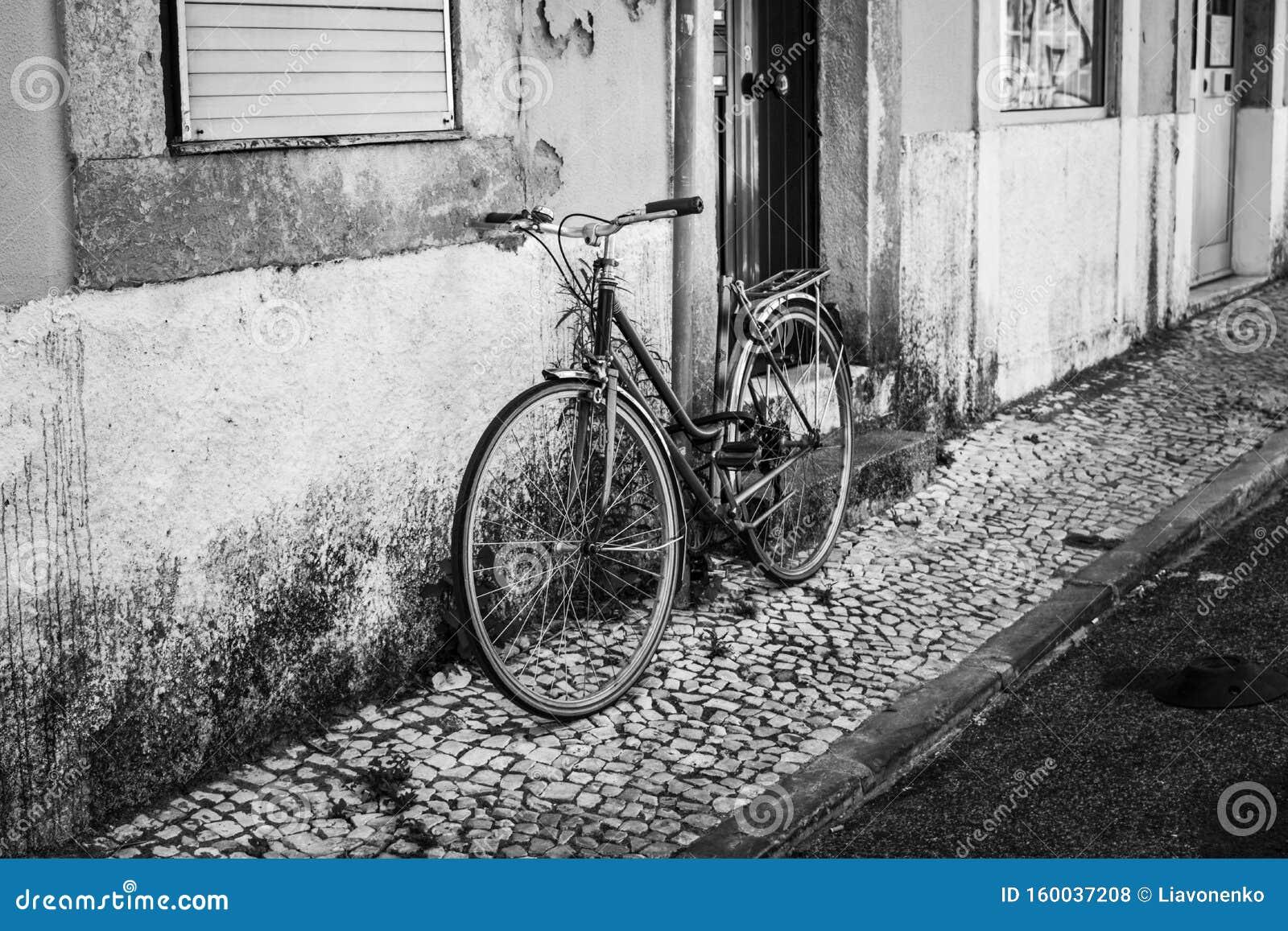 Ulice i place w Lizbonie Stary rower Zdjęcie czarno-białe &W dół Fotografia uliczna