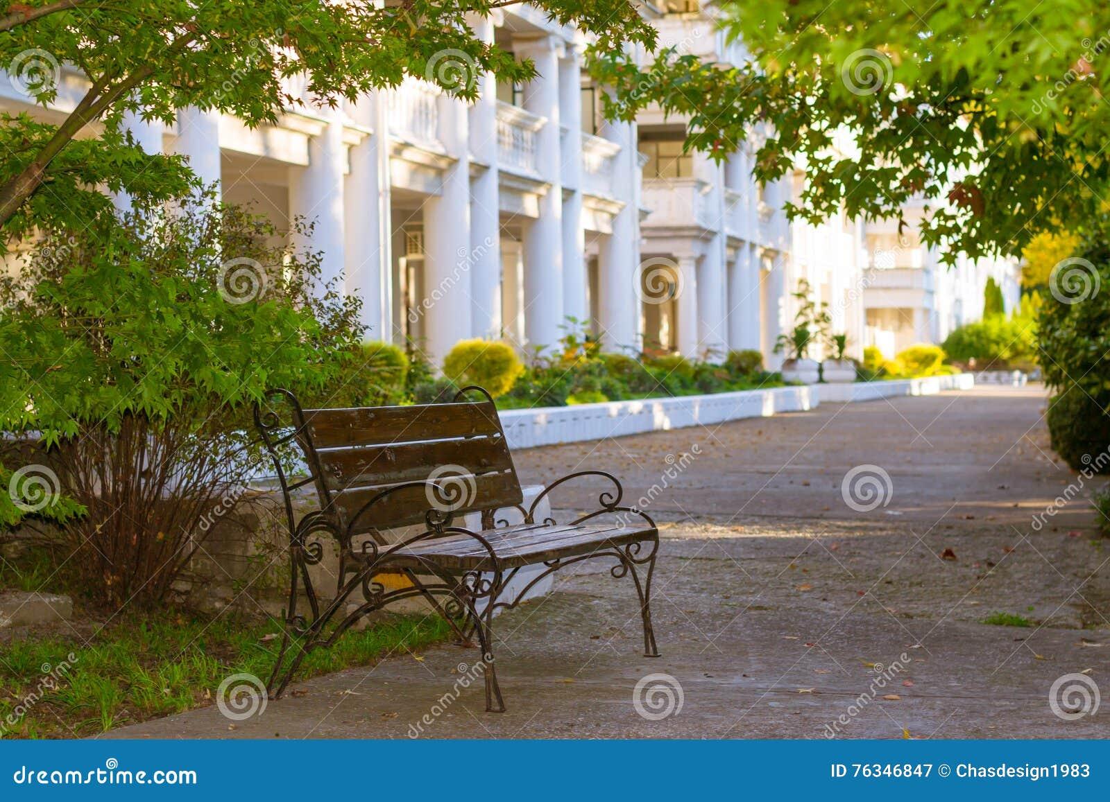 Uliczna ławka w parku