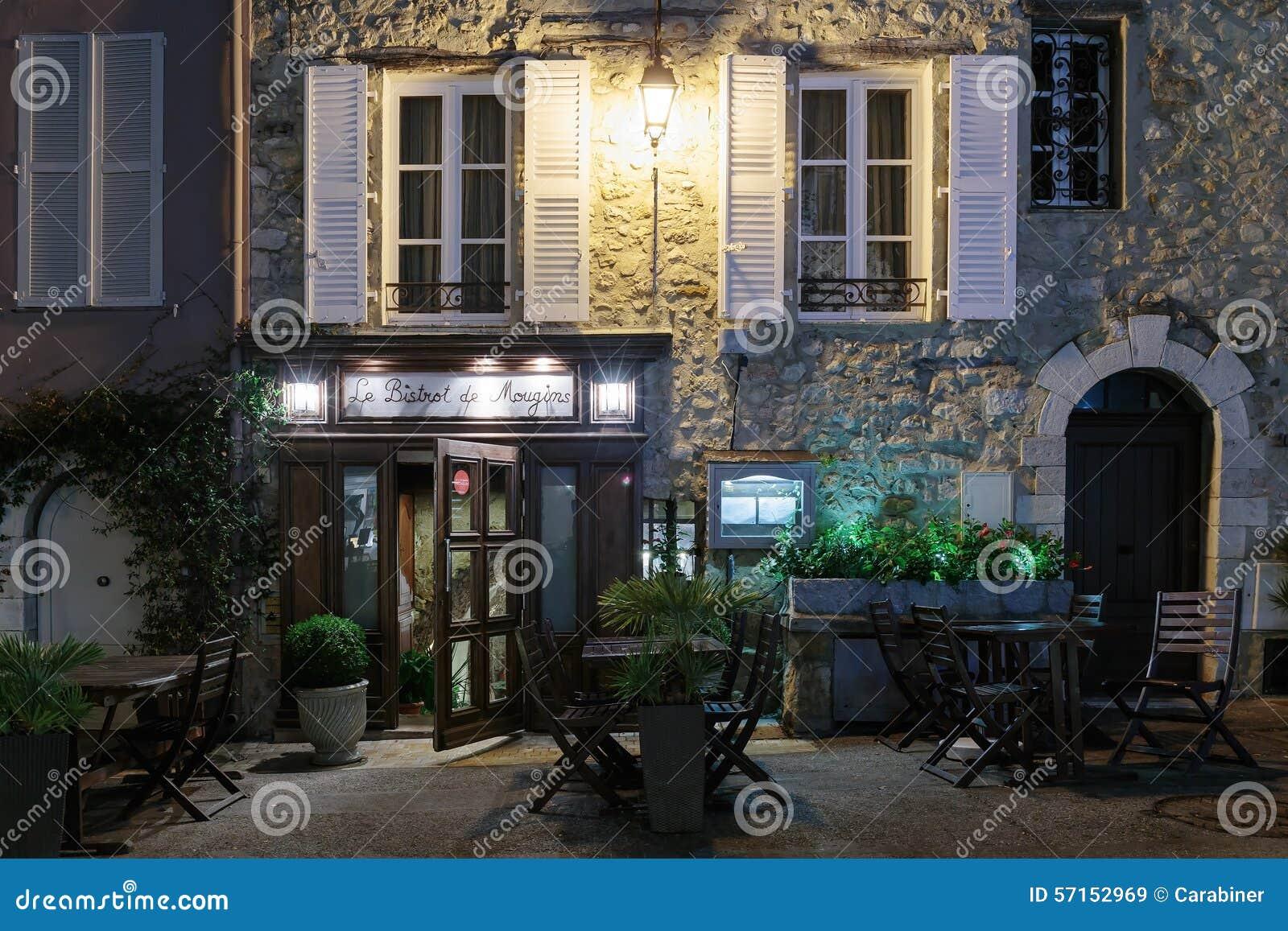 Uliczna kawiarnia w starym grodzkim Mougins w Francja cumujący noc portu statku widok