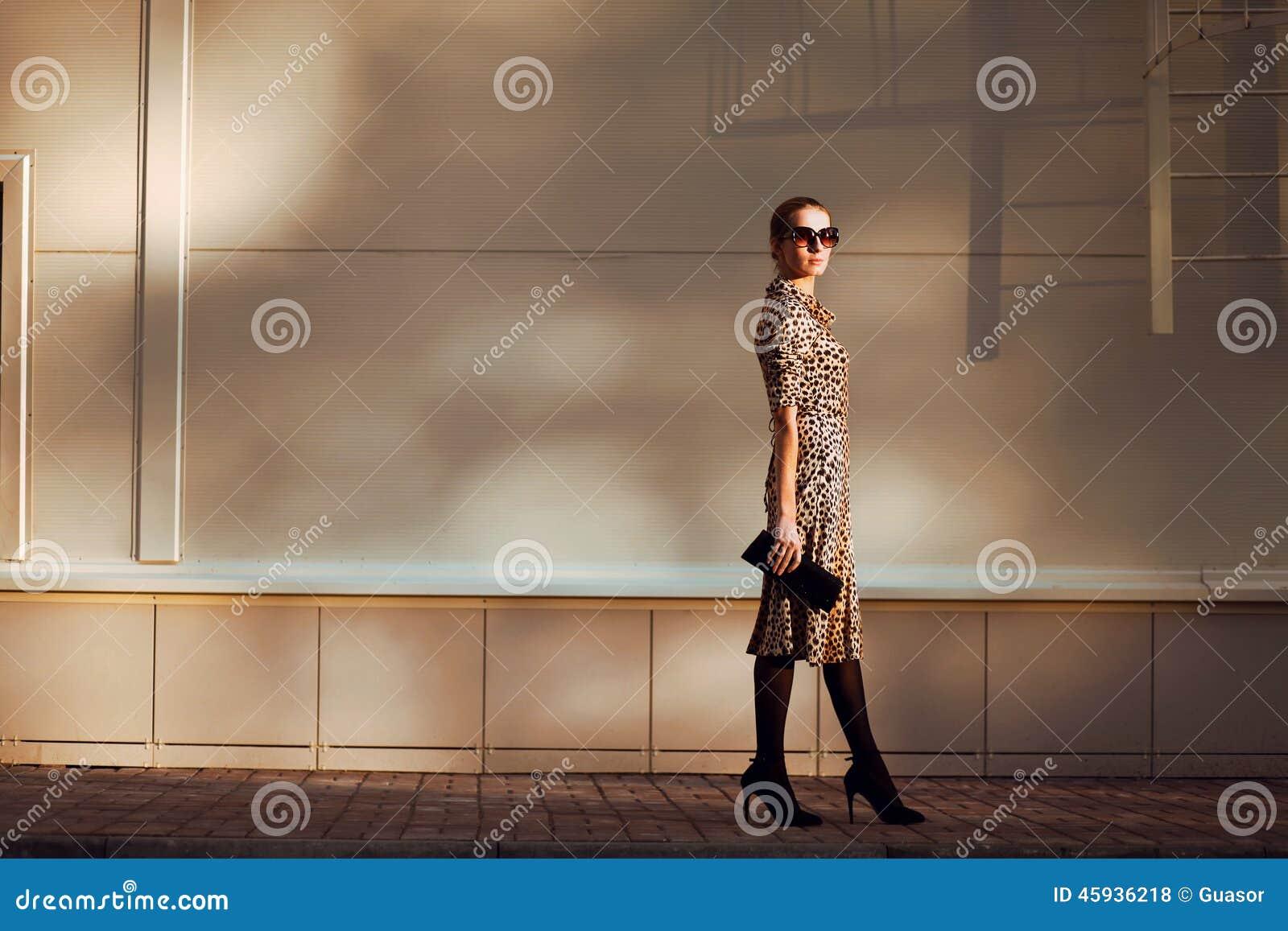 Uliczna moda, dosyć eleganckiej kobiety model w lampart sukni