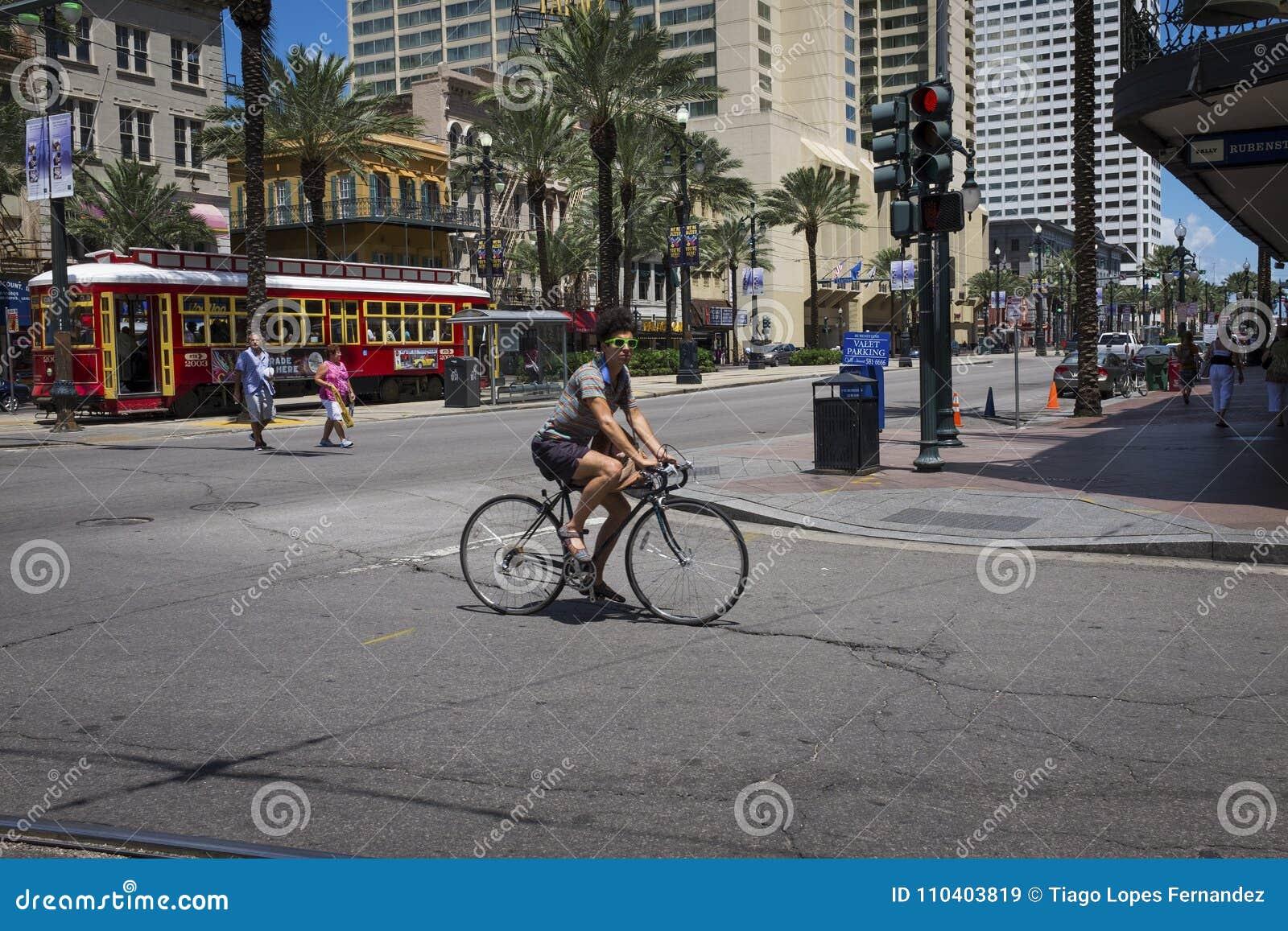 Uliczna scena przy canal street z mężczyzna na bicyklu w śródmieściu miasto Nowy Orlean, Luizjana
