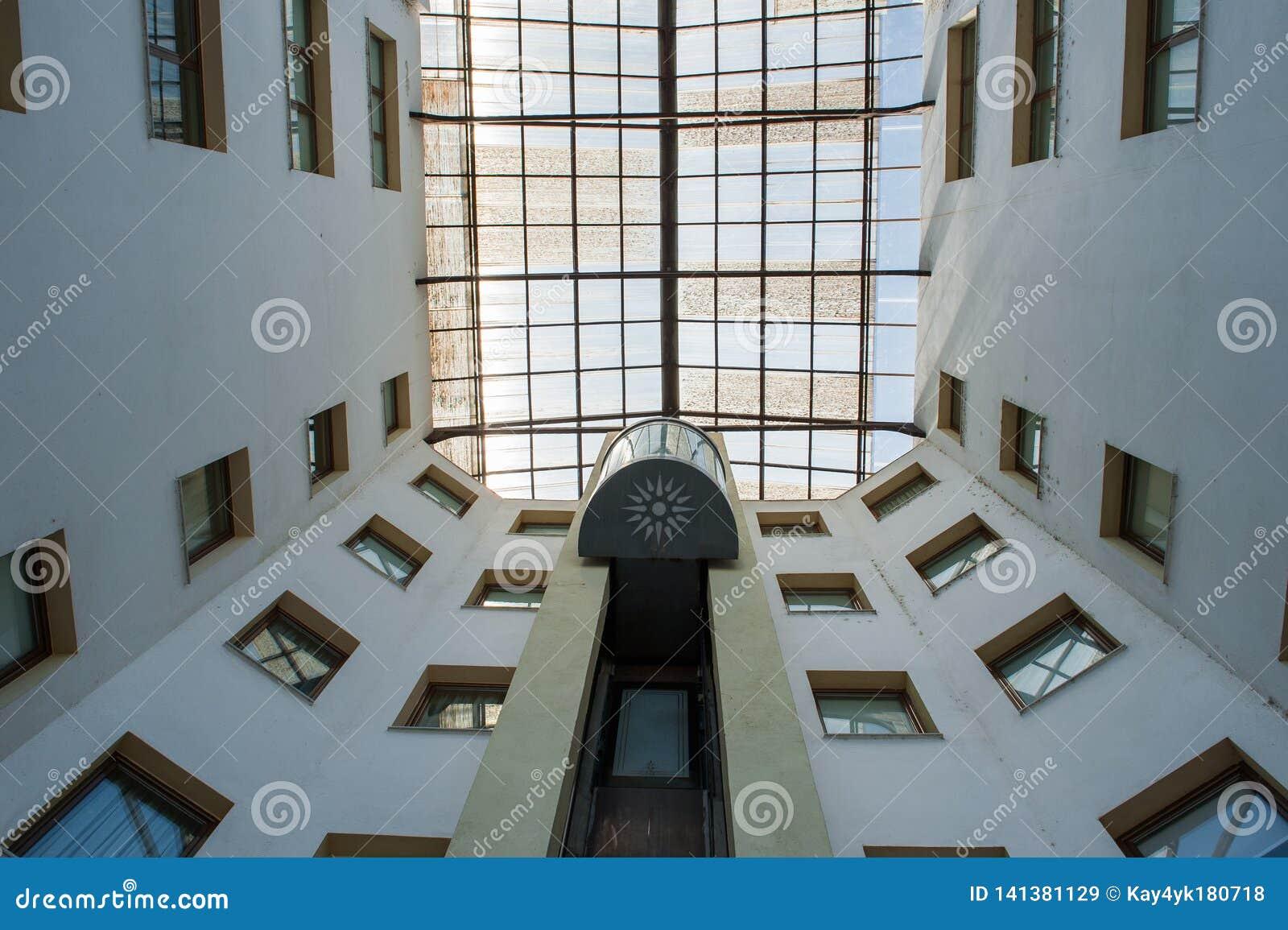 Uliczna winda w budynku wzrasta wierzchołek, otaczający okno