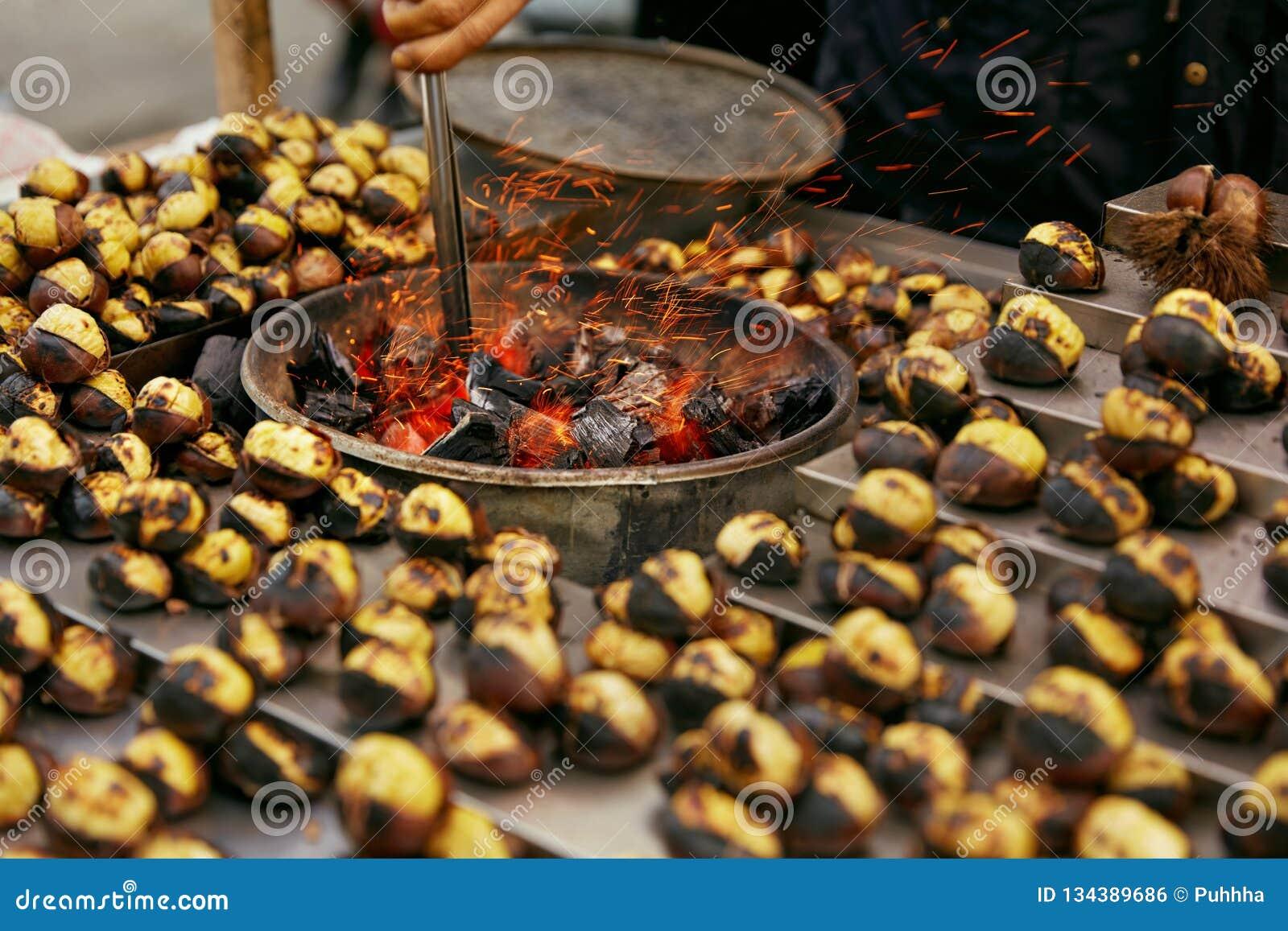 Uliczny jedzenie rynek Kulinarni Pieczeni kasztany Na węgla drzewnego zbliżeniu