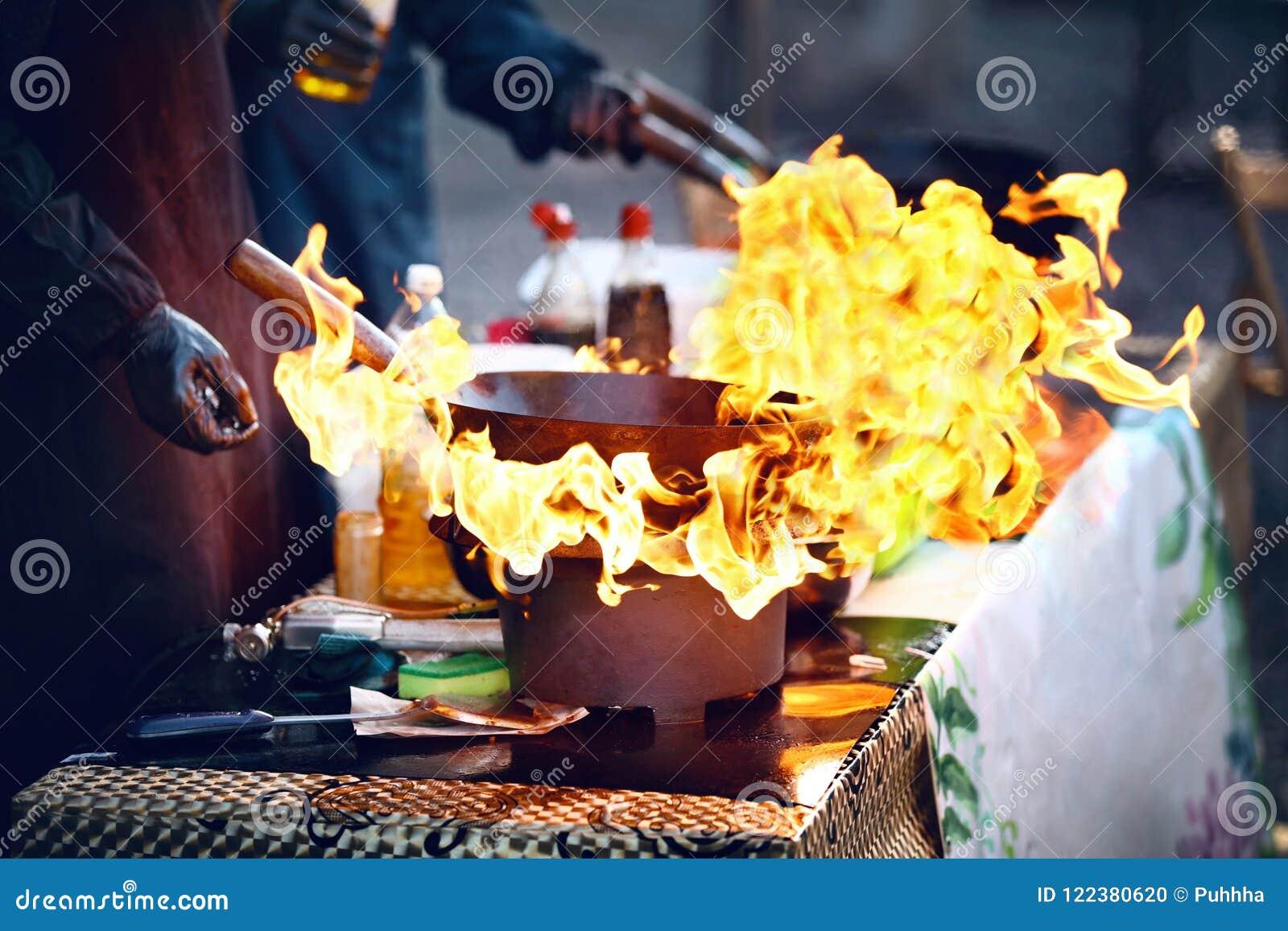 Uliczny karmowy festiwal Kulinarny jedzenie na ogieniu