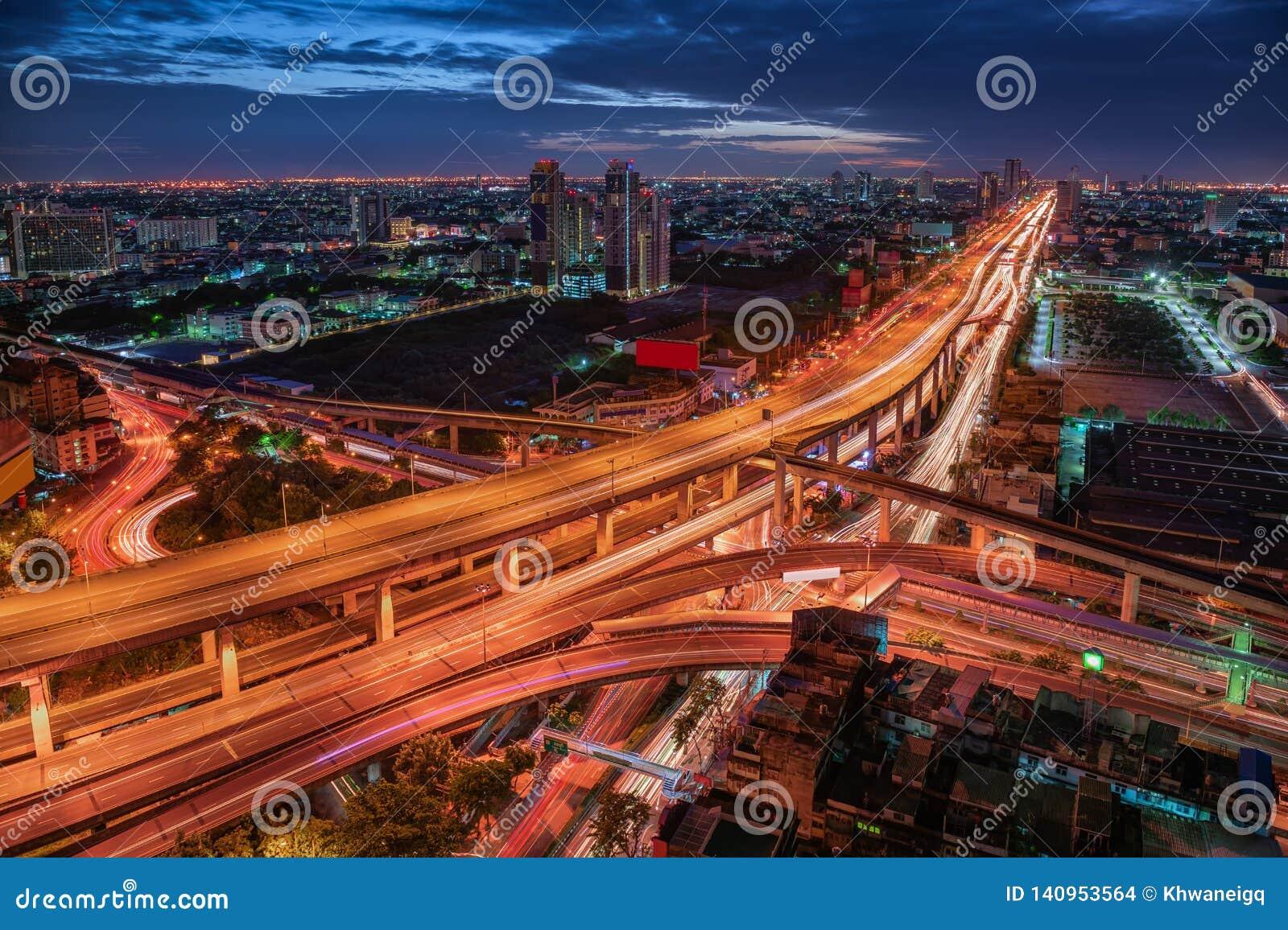 Uliczny złącze i Ekspresowy sposób Bangkok, Tajlandia Punktu zwrotnego i pejzażu miejskiego drapacz chmur budynki przy nocy sceną