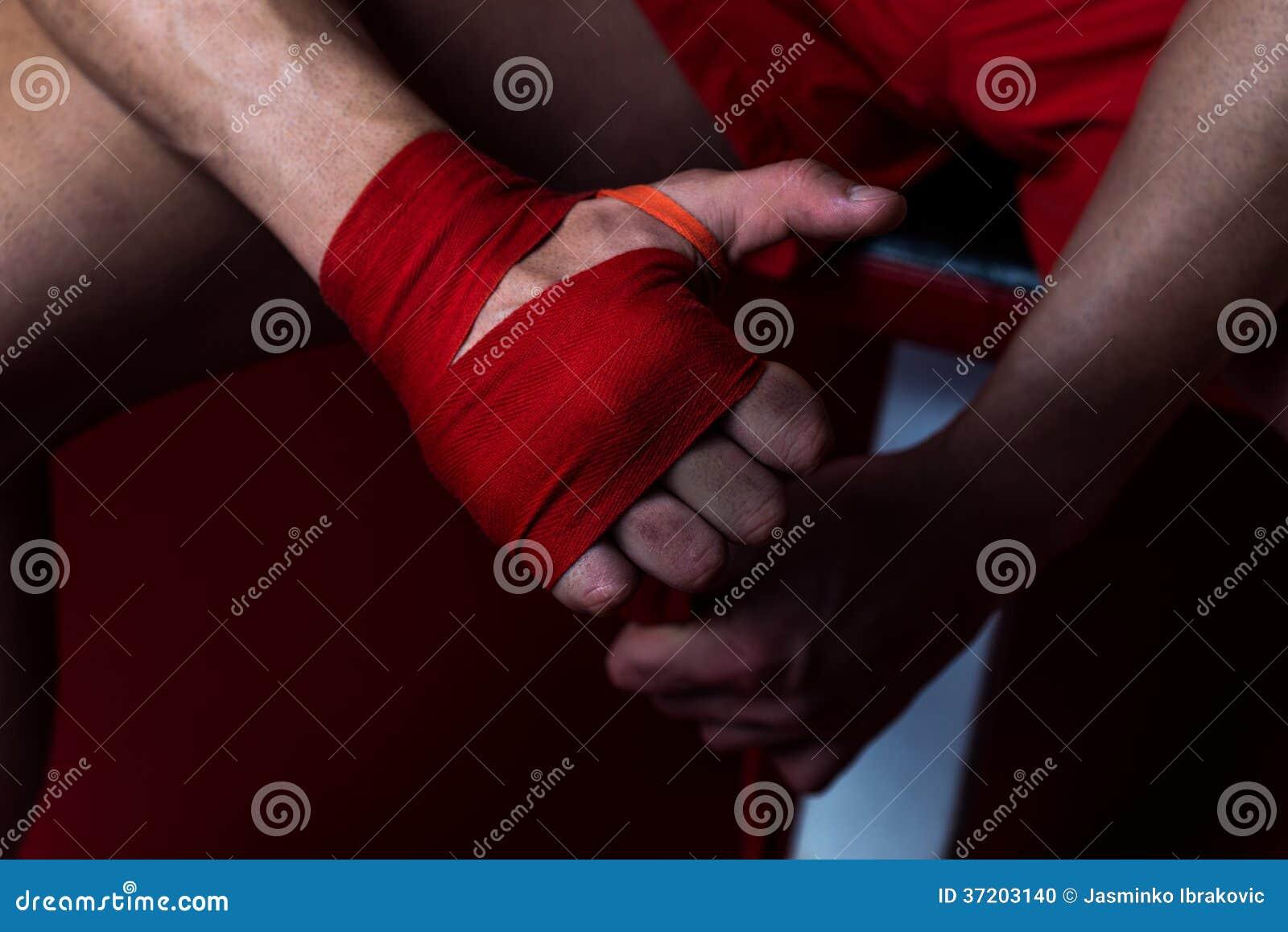 Ultimo combattente che mette le cinghie sulle sue mani