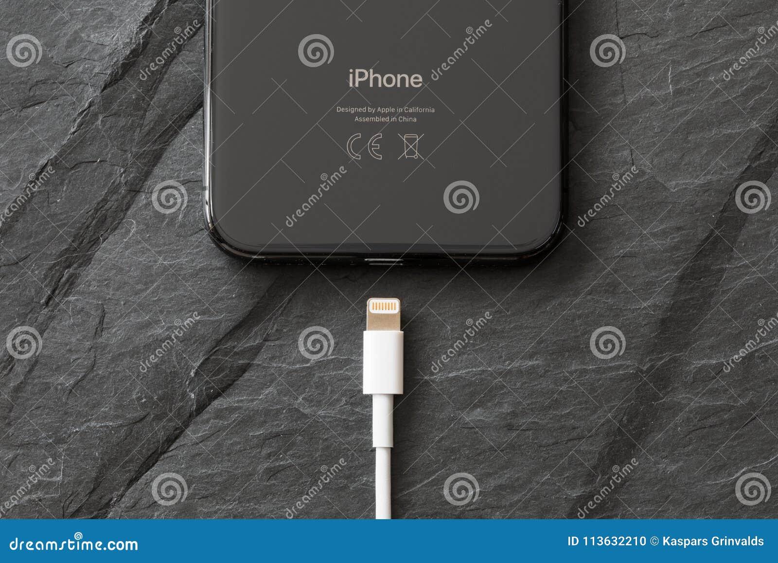 Ultimo iPhone X della generazione con il connettore del caricatore