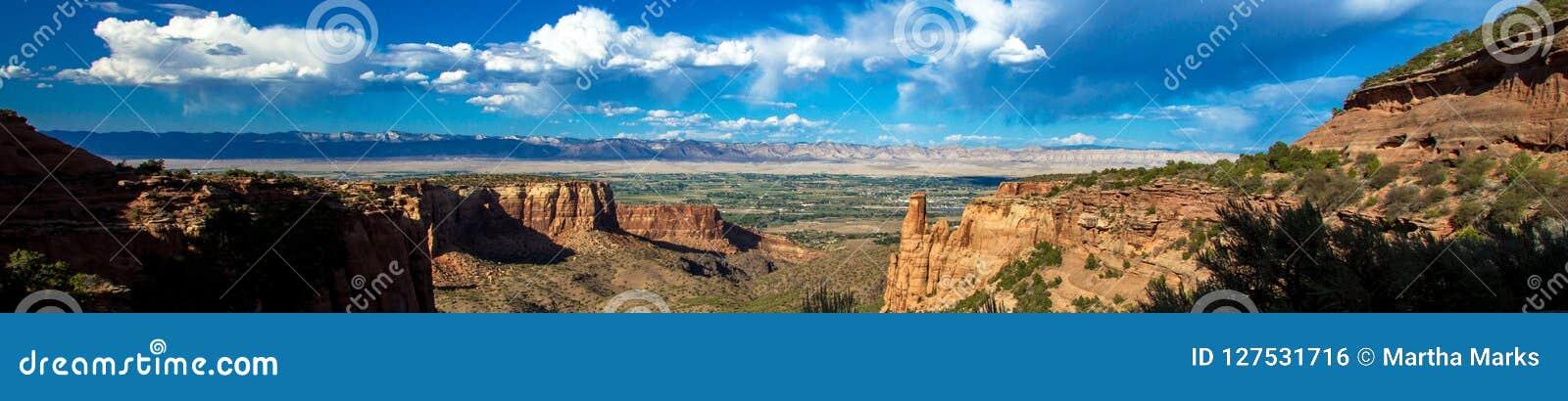 Ultra-breed panorama die het oosten naar Grand Junction van het Nationale Monument van Colorado kijken
