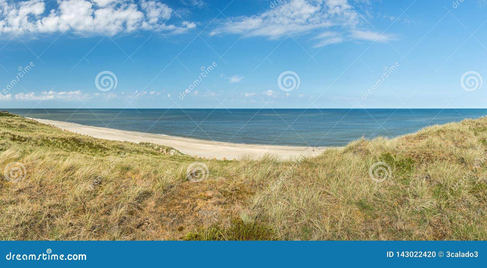 Ultra wijd hoog onderzoek-panorama van duinen, strand en oceaan