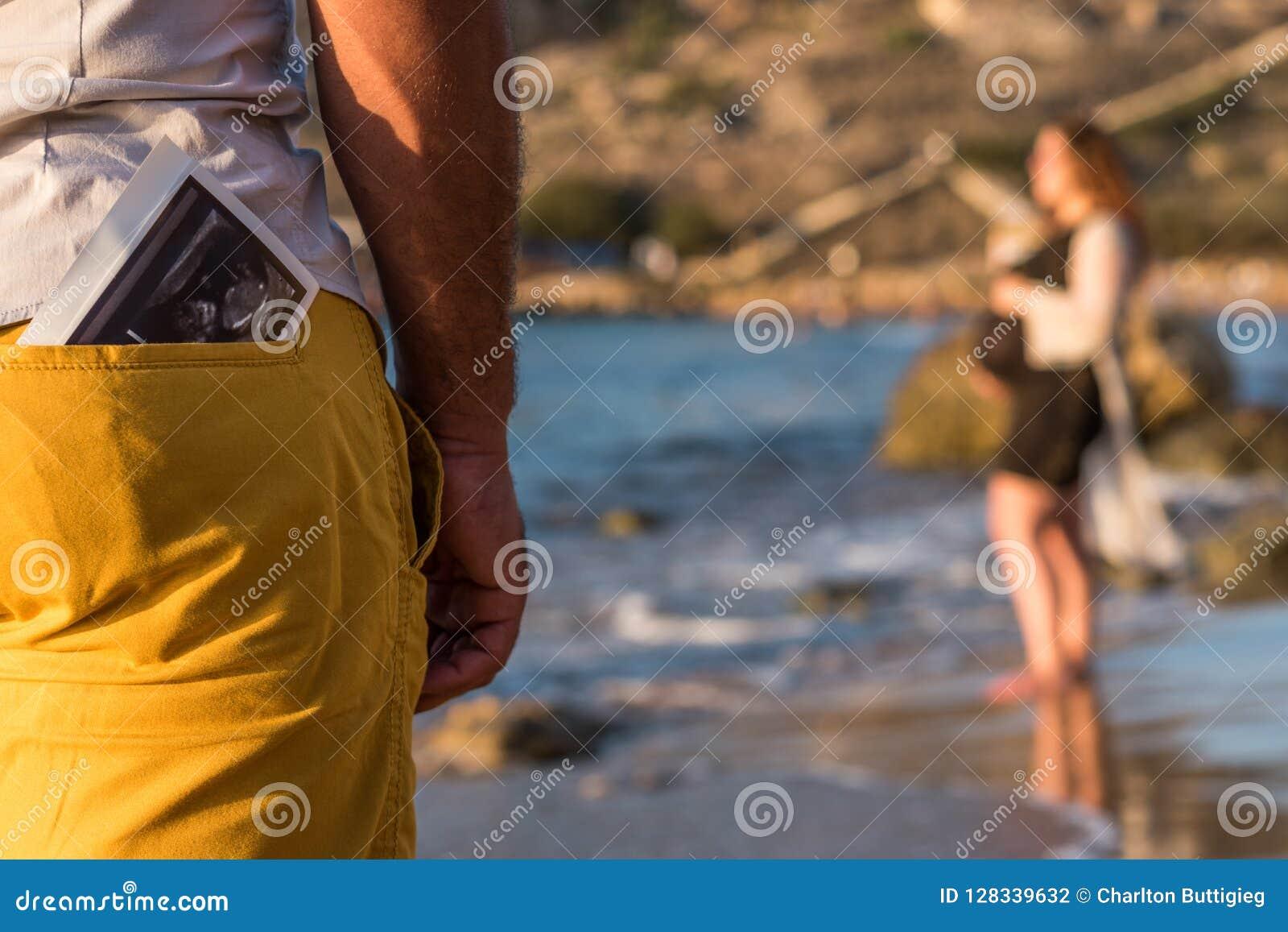 Ultradźwięku obraz cyfrowy w tylnej kieszeni mężczyzna