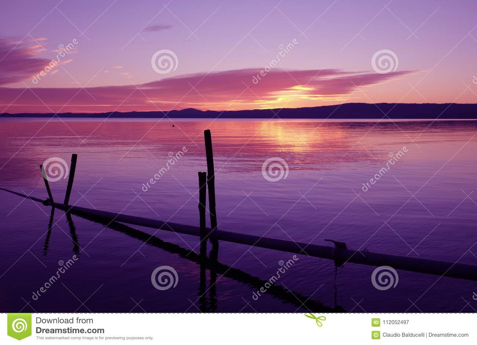 Ultrafioletowy zmierzch na Bolsena jeziorze, Włochy
