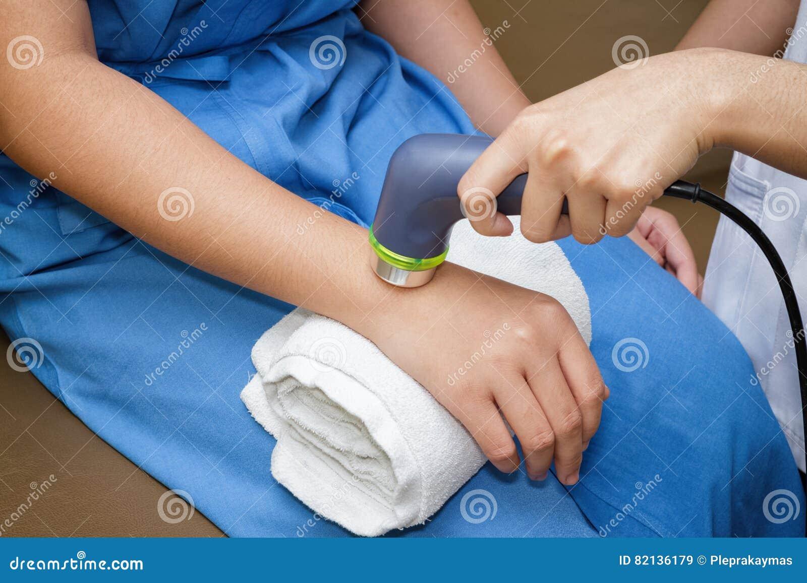 Ultraljud i sjukgymnastik - terapeut som använder ultraljudet till t