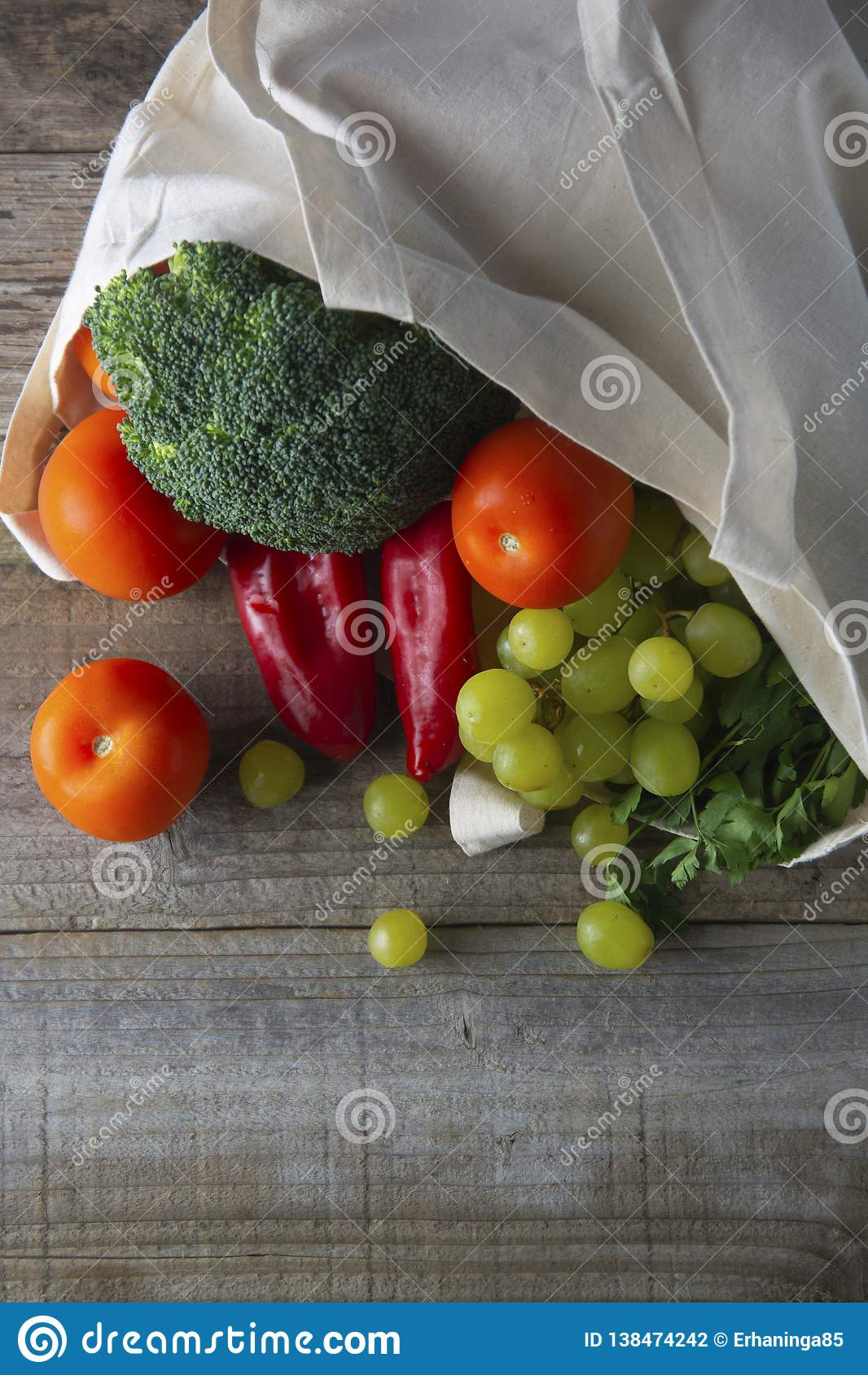 Ultramarinos en bolso del eco Bolso natural de Eco con las frutas y verduras Compra de comida inútil cero artículos gratuitos plá