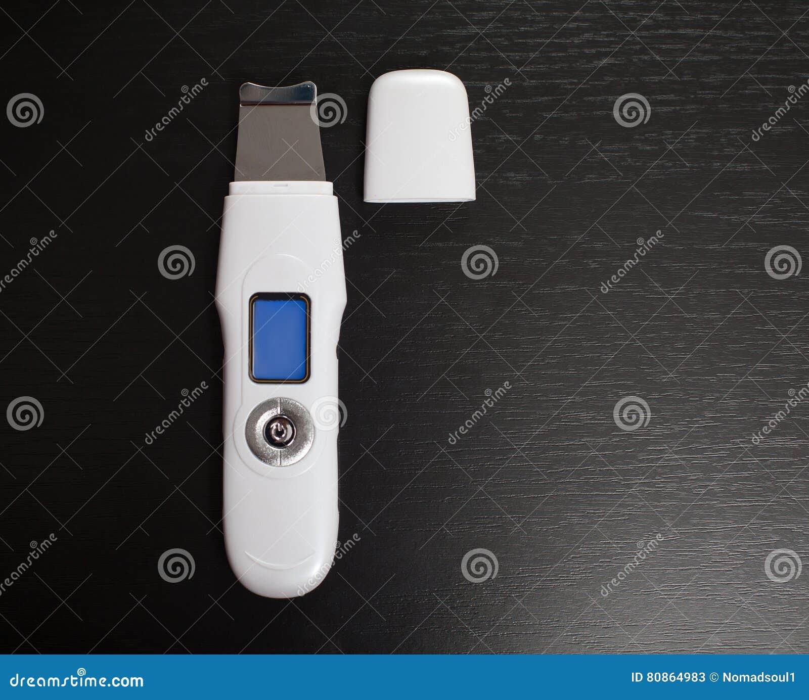 Ultraschall-scraber gegen den schwarzen Hintergrund