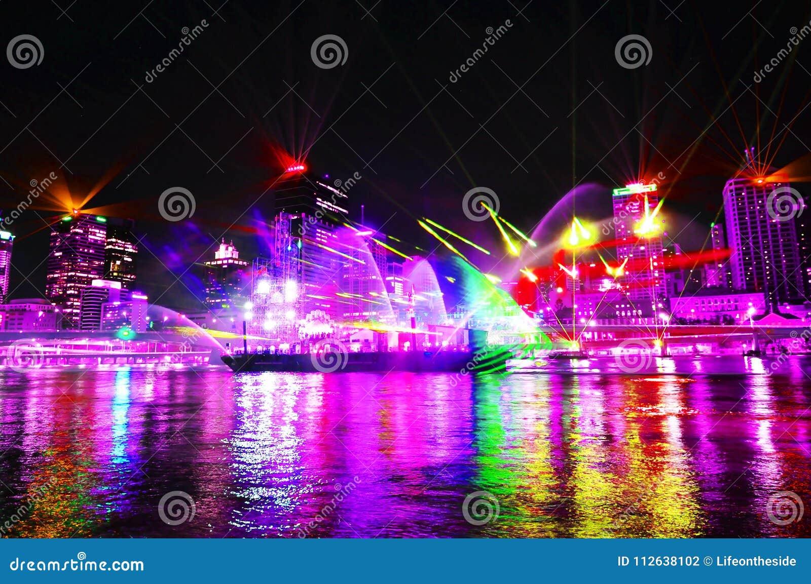 Ultravioletta ljus visar att tända upp den Brisbane staden på nattetid