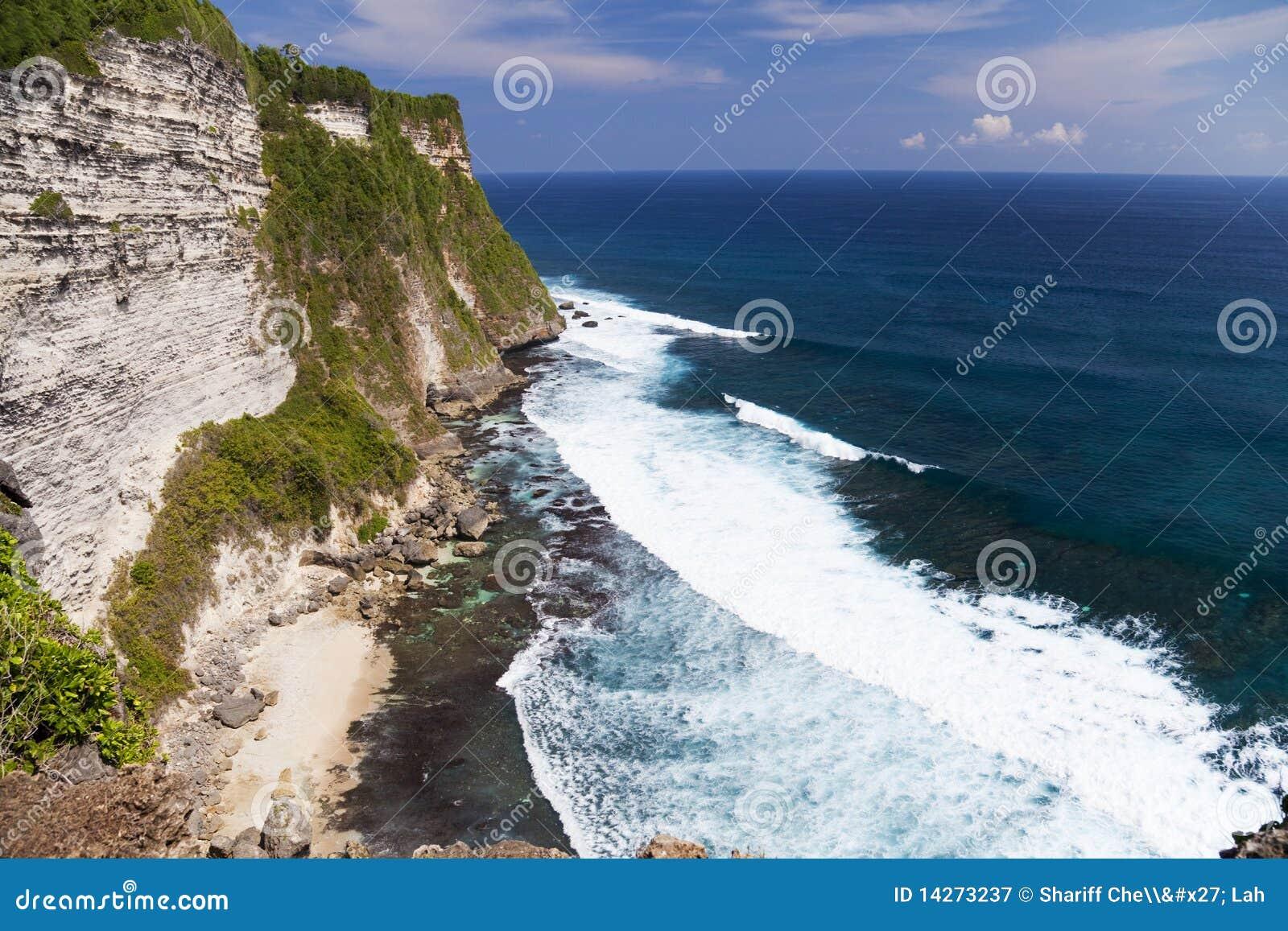 Uluwatu της Ινδονησίας απότομων &b