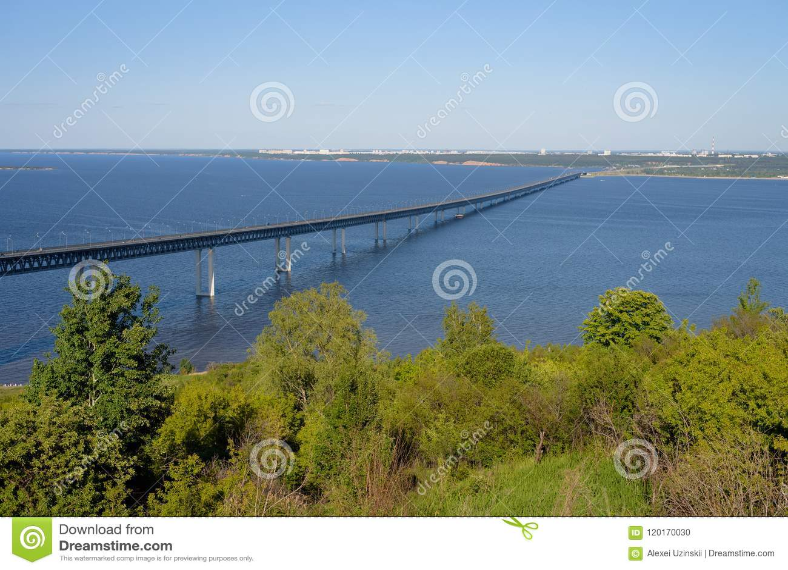 Ulyanovsk, Россия - 06 30 2018: Президент Мост над Рекой Волга, летний день