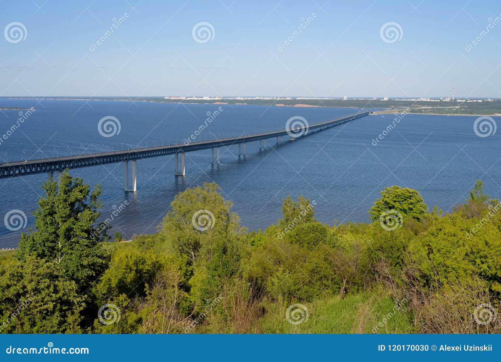 Ulyanovsk, Rusland - 06 30 2018: President Bridge over de Volga rivier, de zomerdag