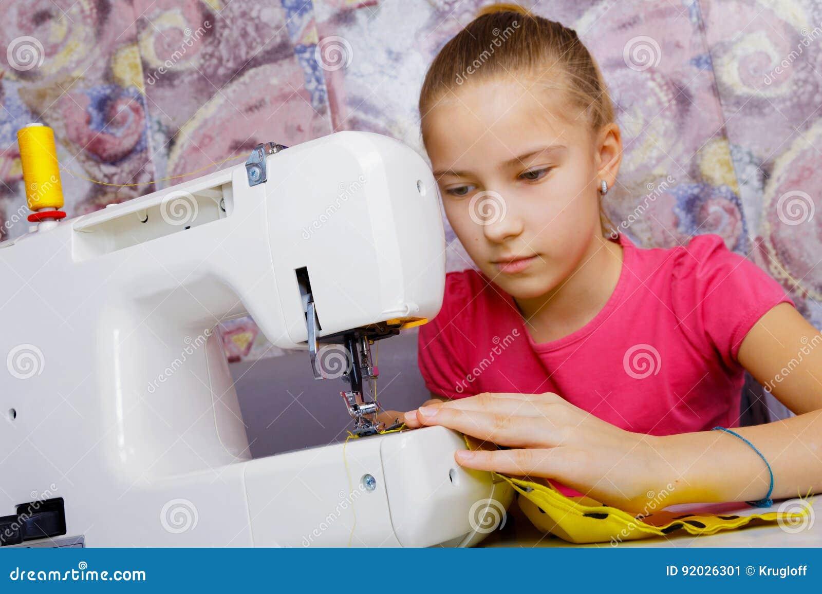 Um adolescente aprende costurar