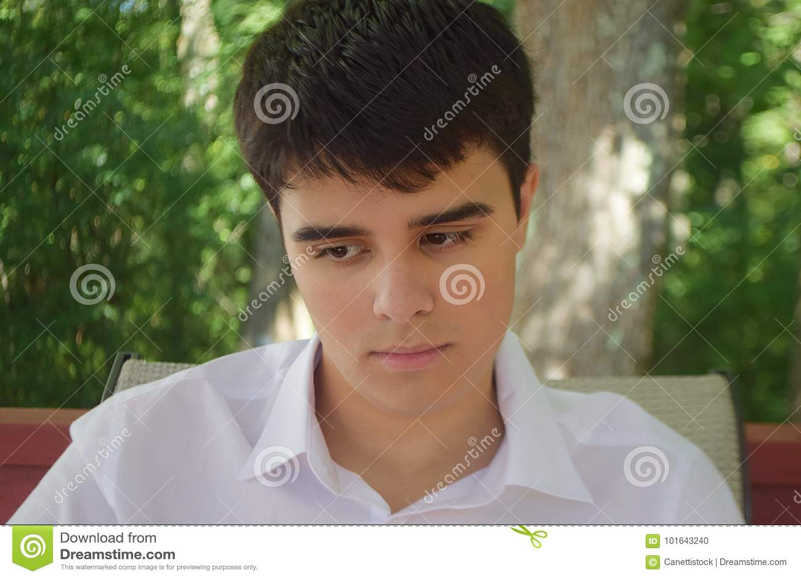 Um adolescente triste doce