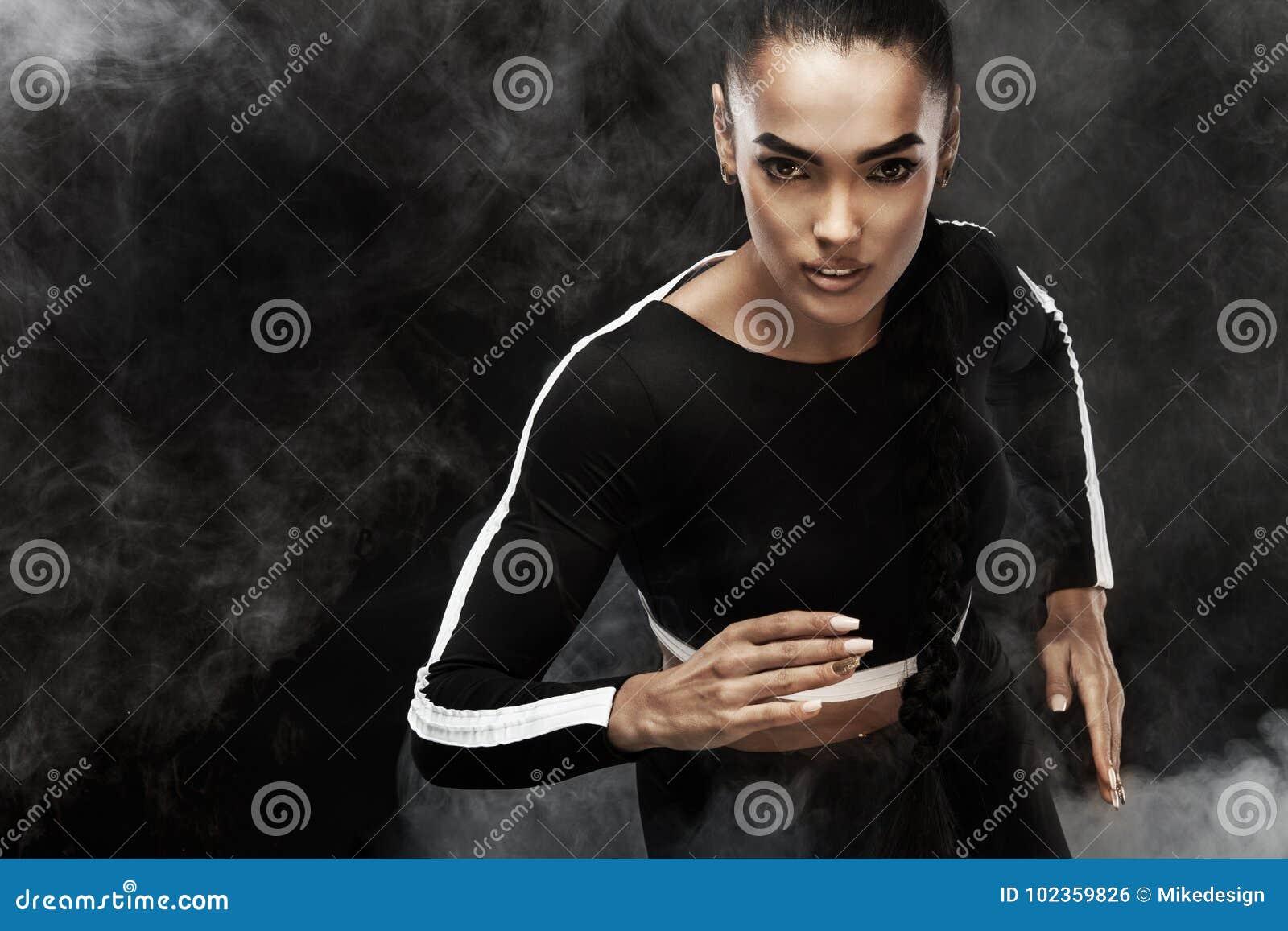 Um atlético forte, velocista da mulher, corrida Menina que veste no conceito da motivação do sportswear, da aptidão e do esporte