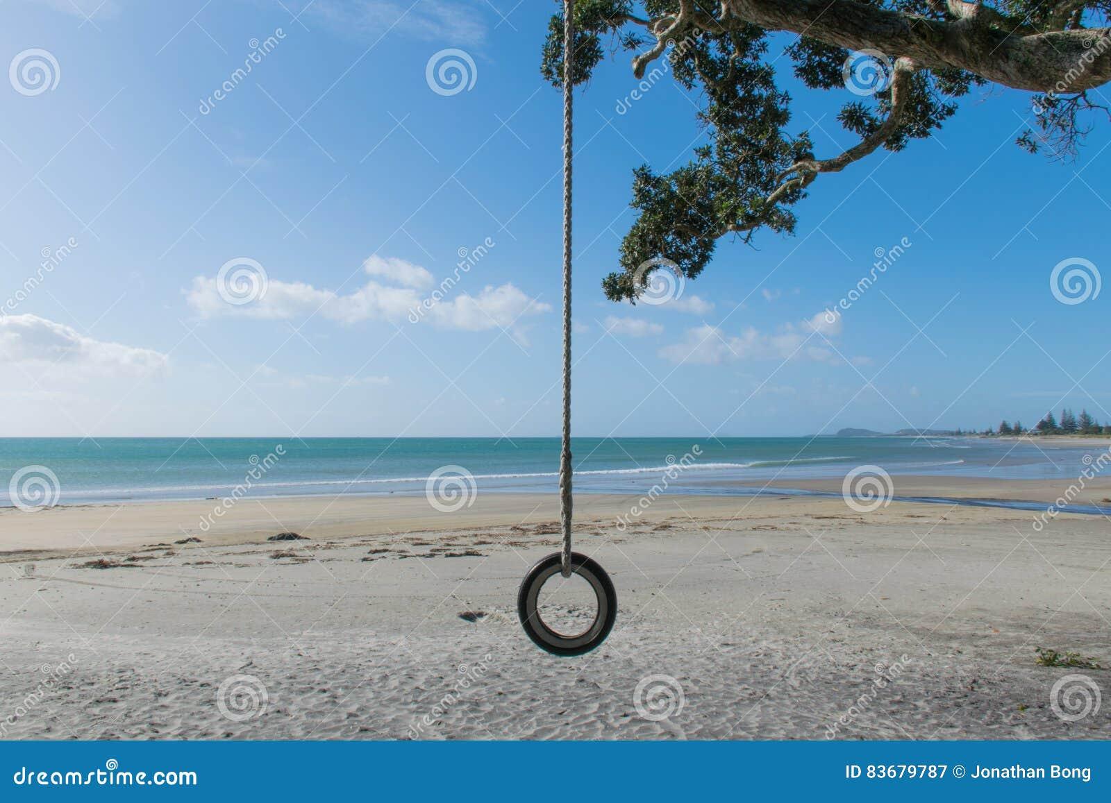 Um balanço da praia em uma praia quieta