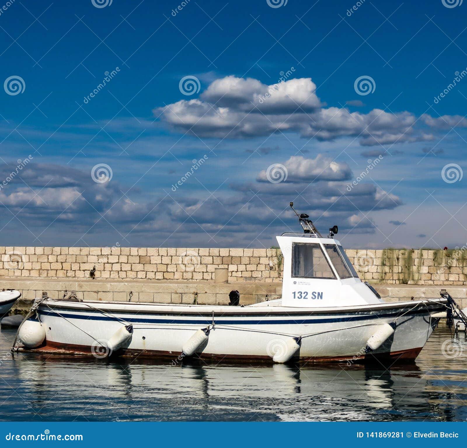 Um barco de pesca de madeira em um porto pequeno