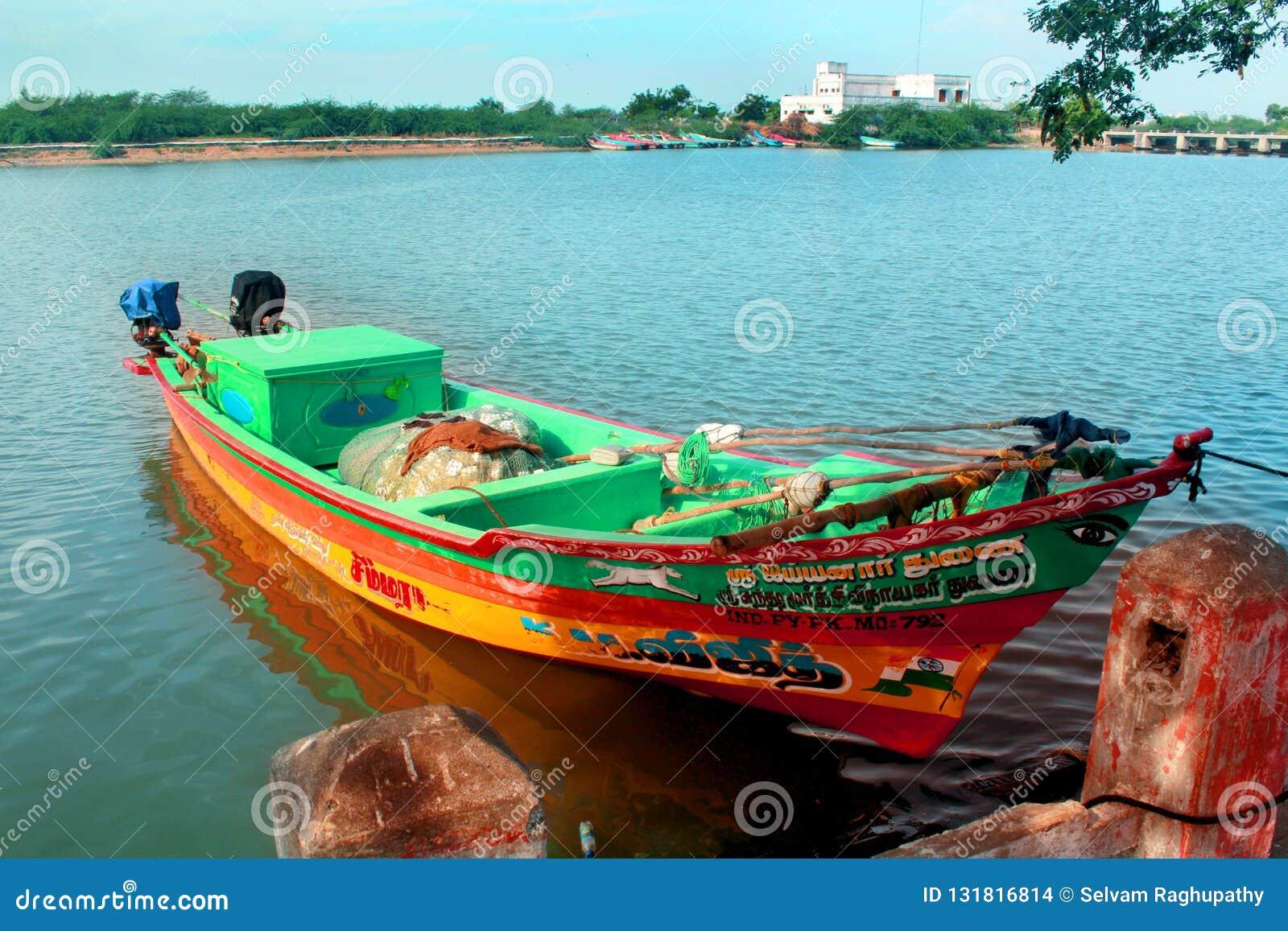 Um barco do pescador que espera o pescador com caixa de gelo