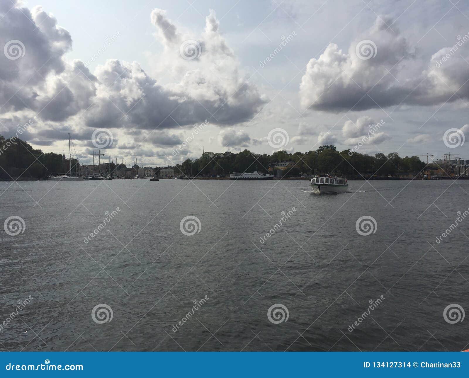 Um barco só que cruza no rio