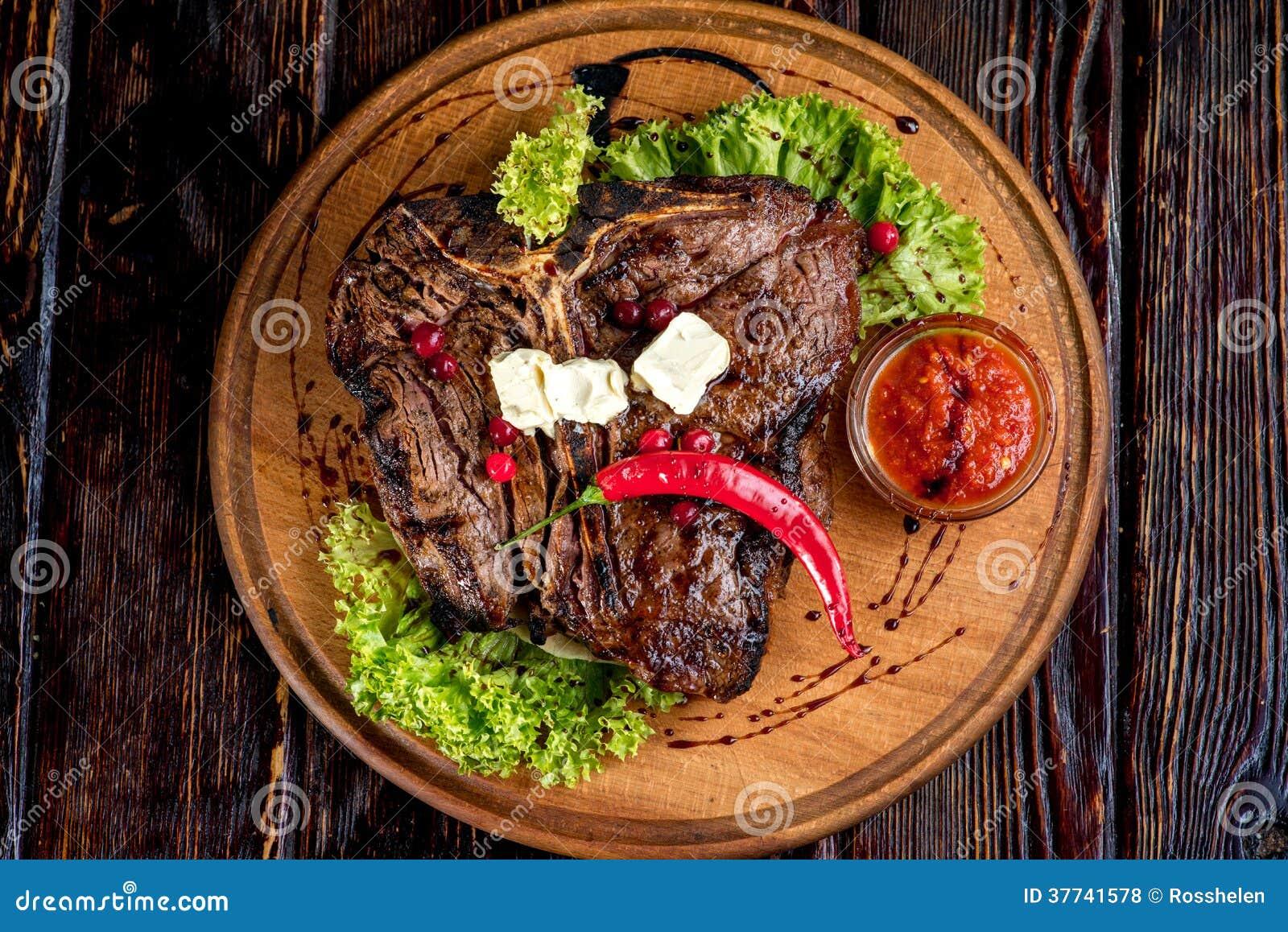 Um bife grelhado grande
