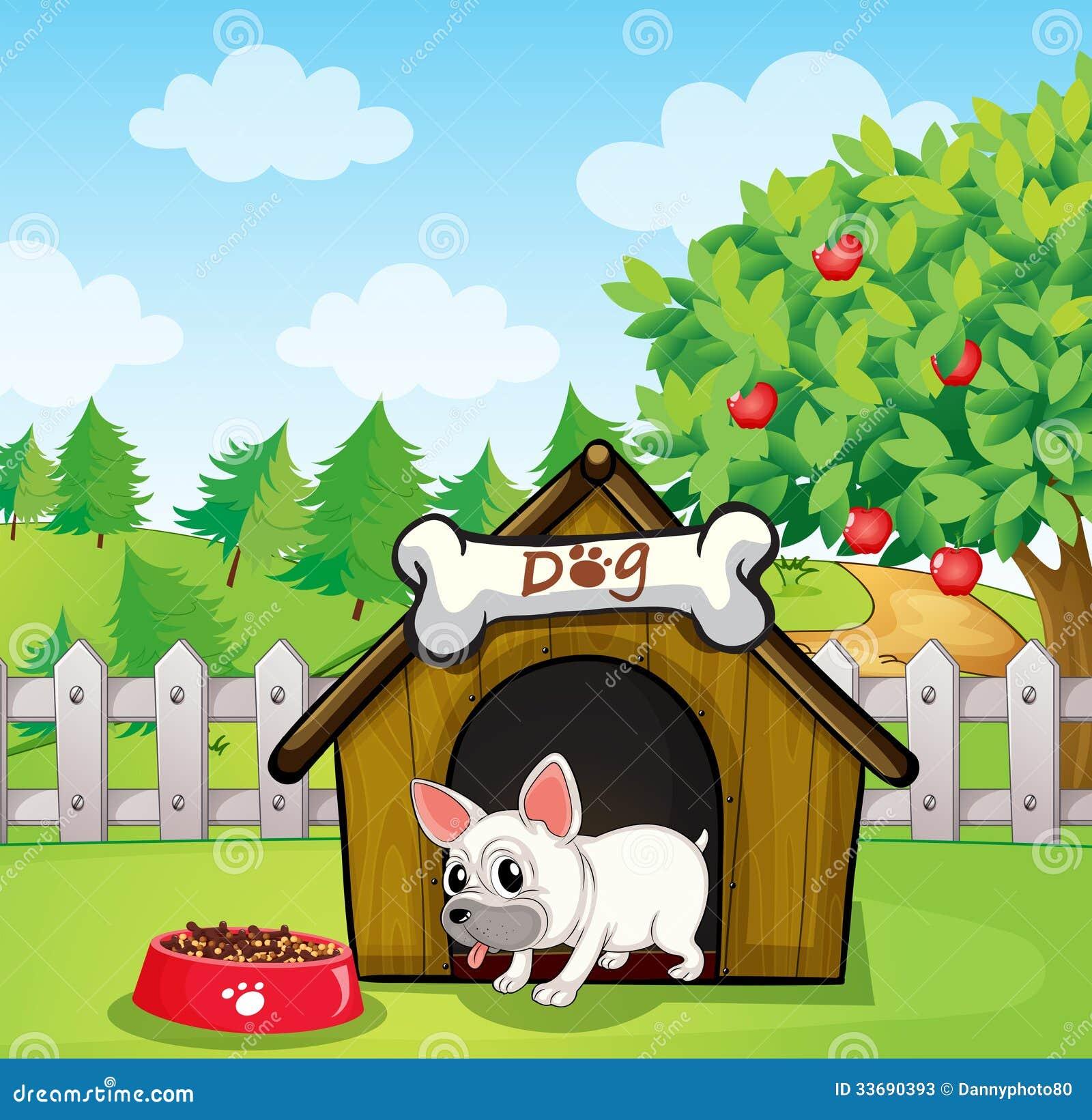 Um buldogue fora de sua casota com um alimento para cães