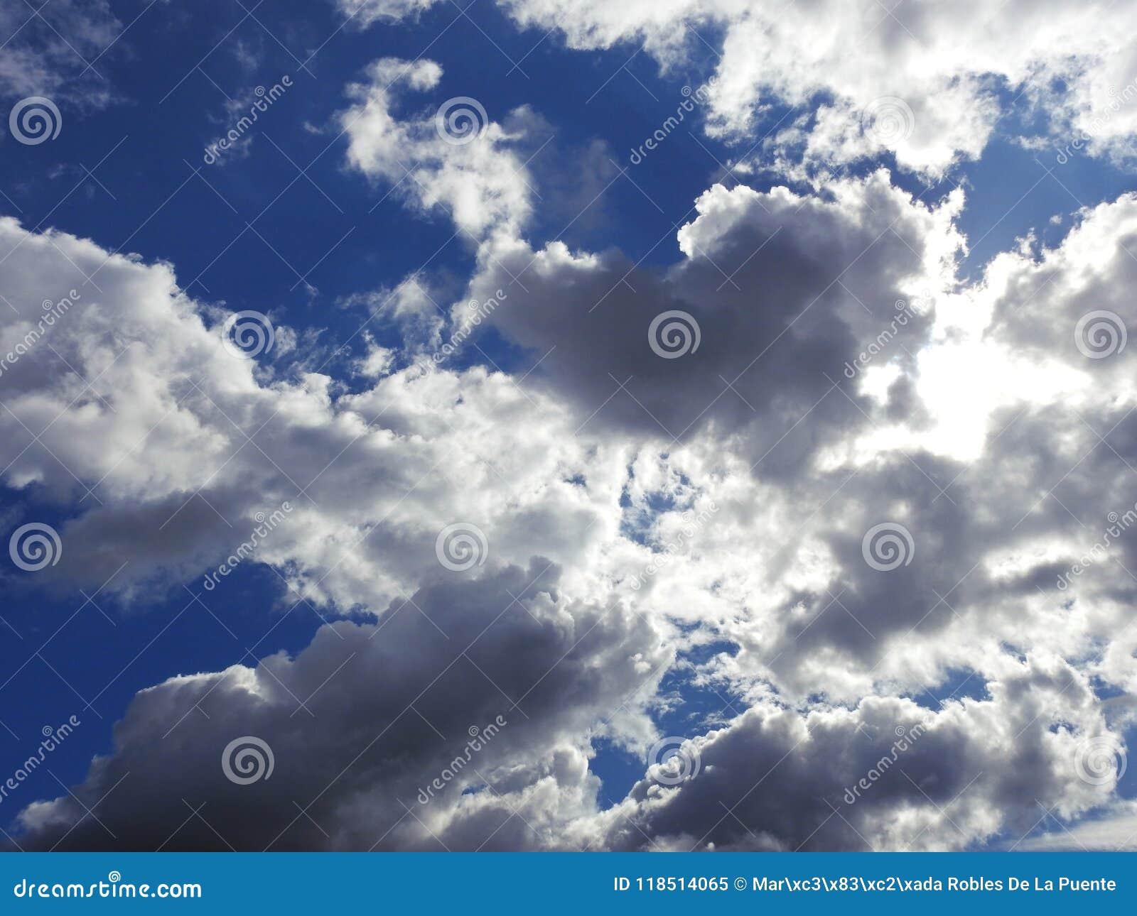 Um céu azul maravilhoso com as nuvens brancas e cinzentas