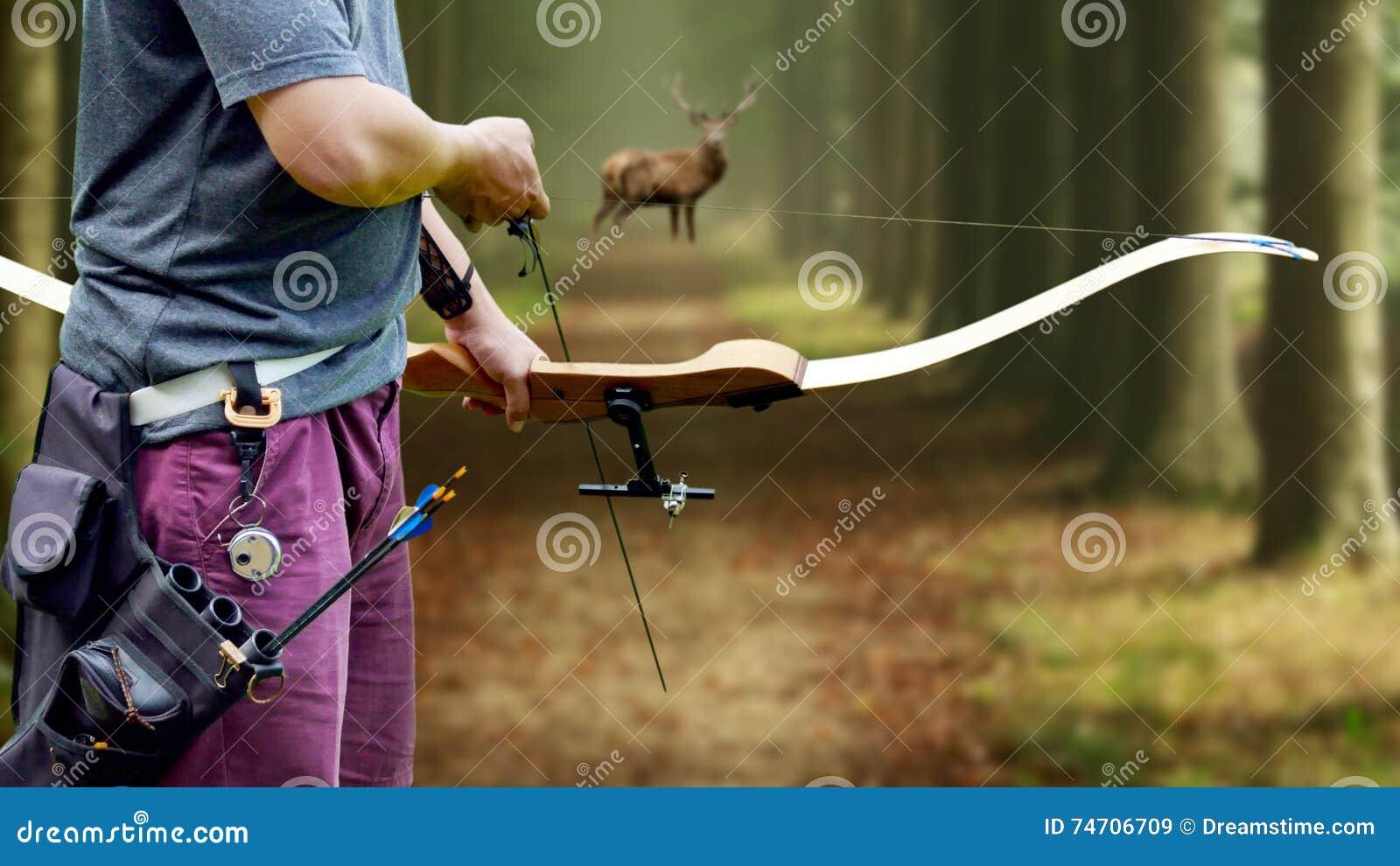 Um caçador da curva que visa um fanfarrão da cauda branca contra