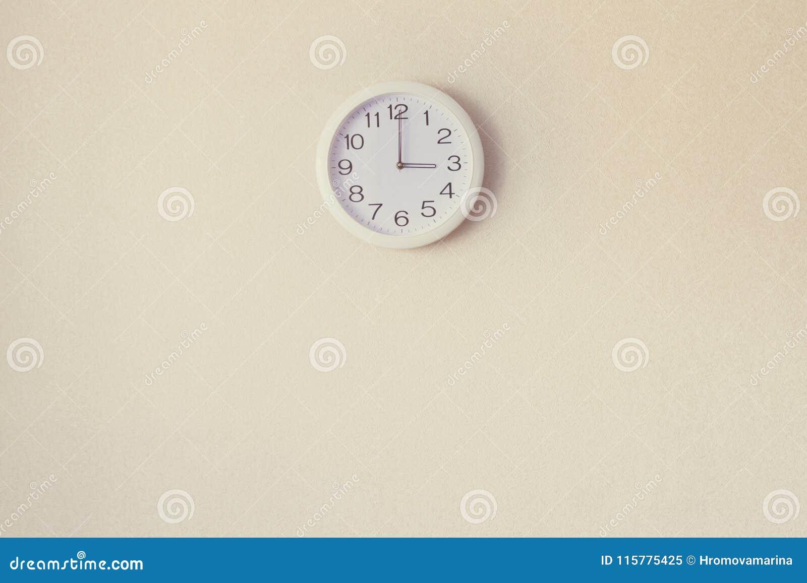 Um cair branco redondo dos relógios