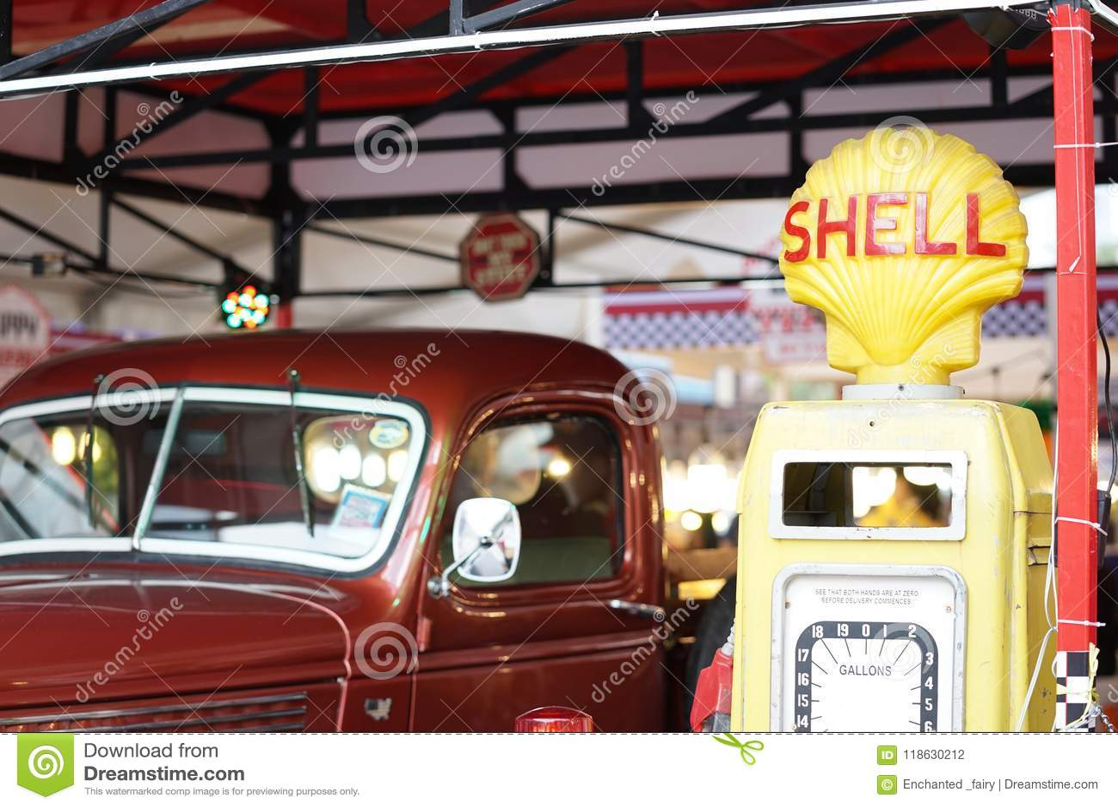 Um caminhão de recolhimento retro vermelho próximo o posto de gasolina de SHELL