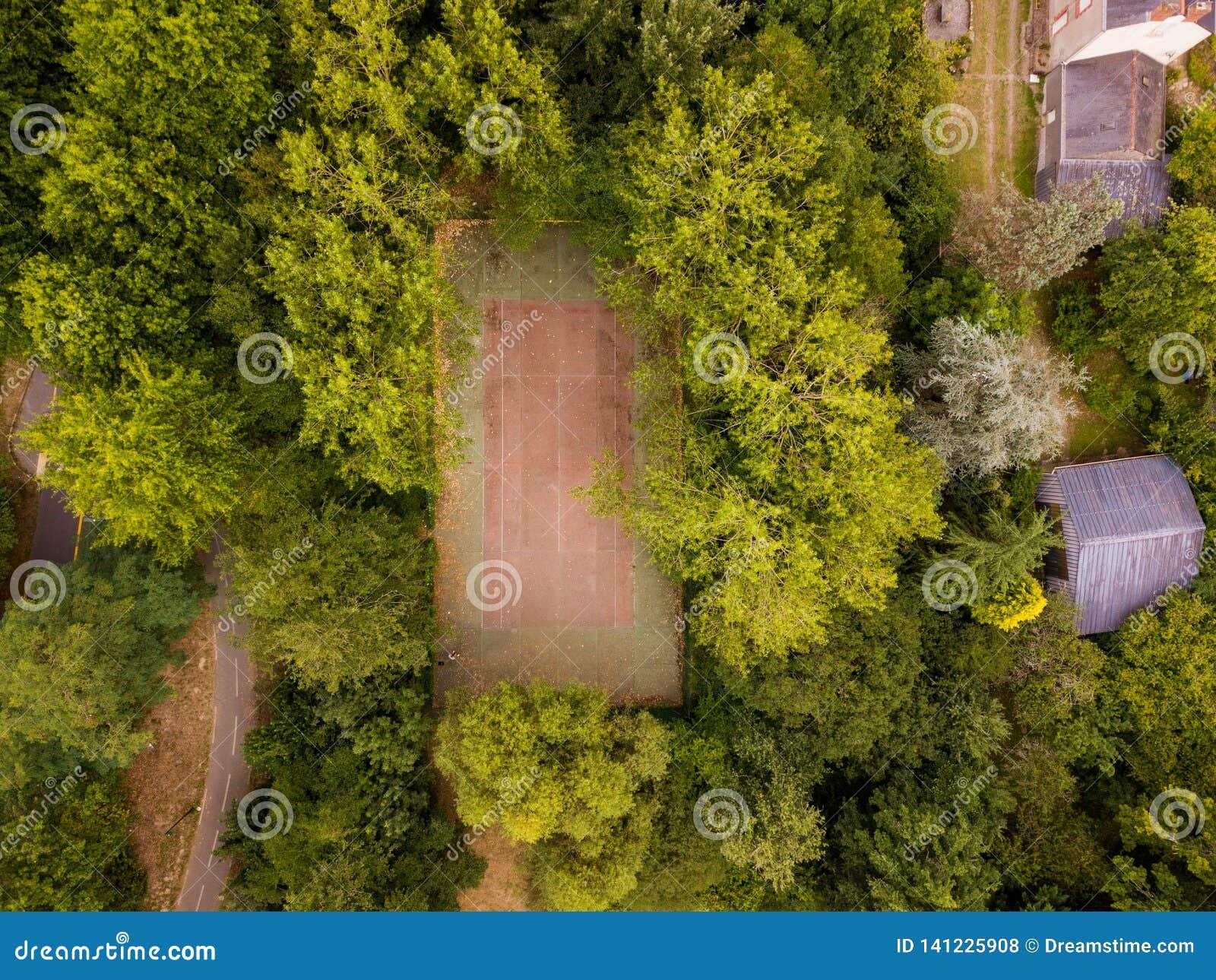 Um campo de básquete perdeu nas madeiras