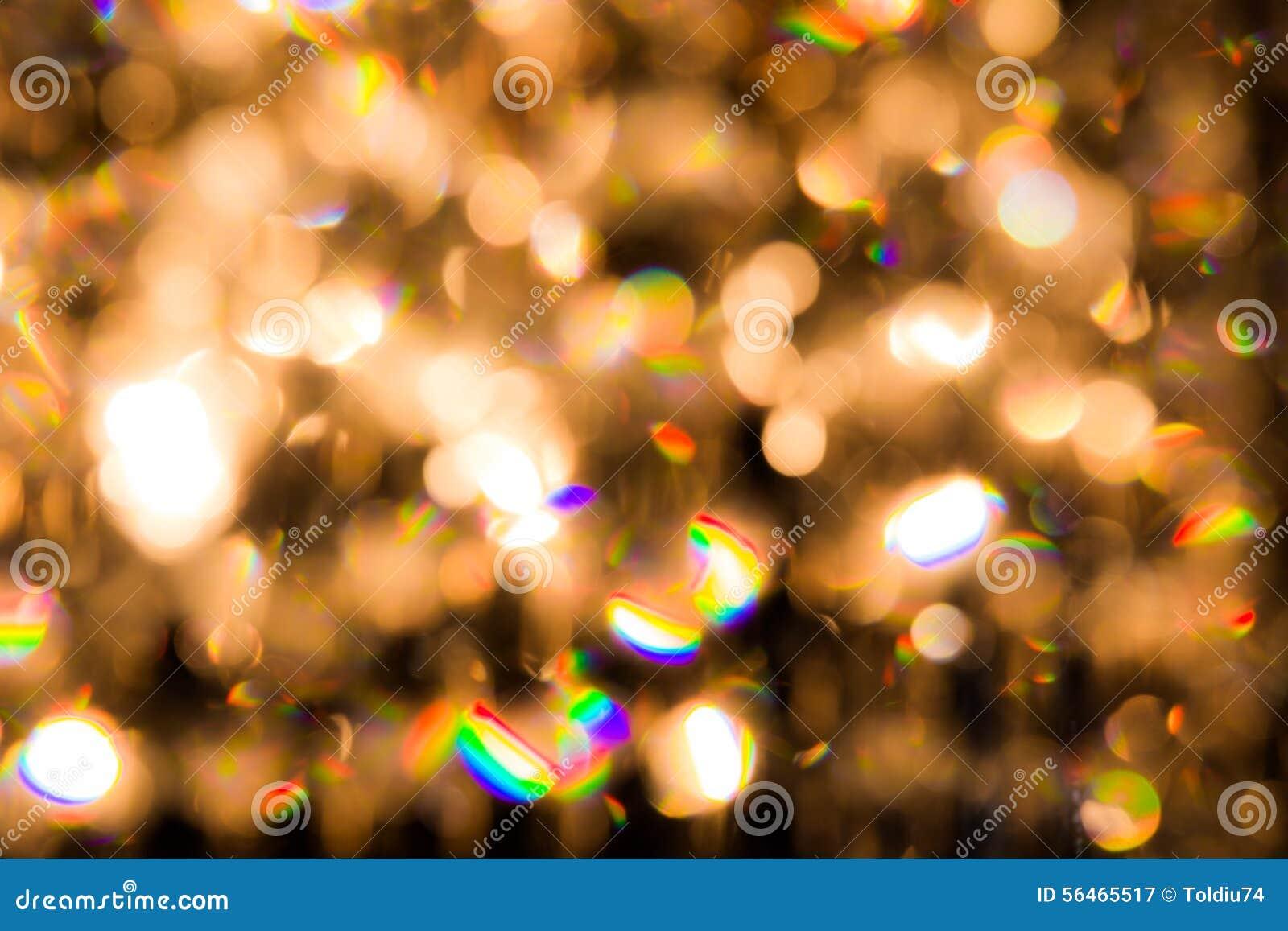 Um candelabro de cristal brilha com luz dourada