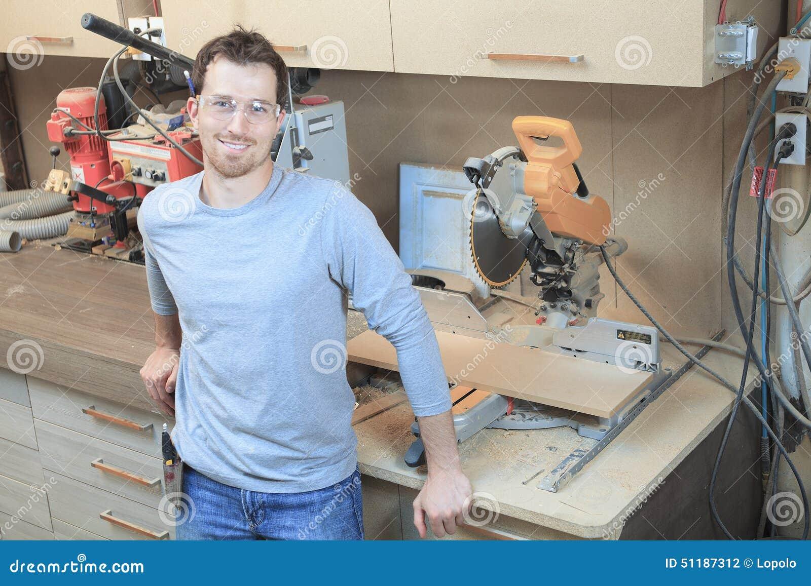 Um carpinteiro que trabalha duramente na loja