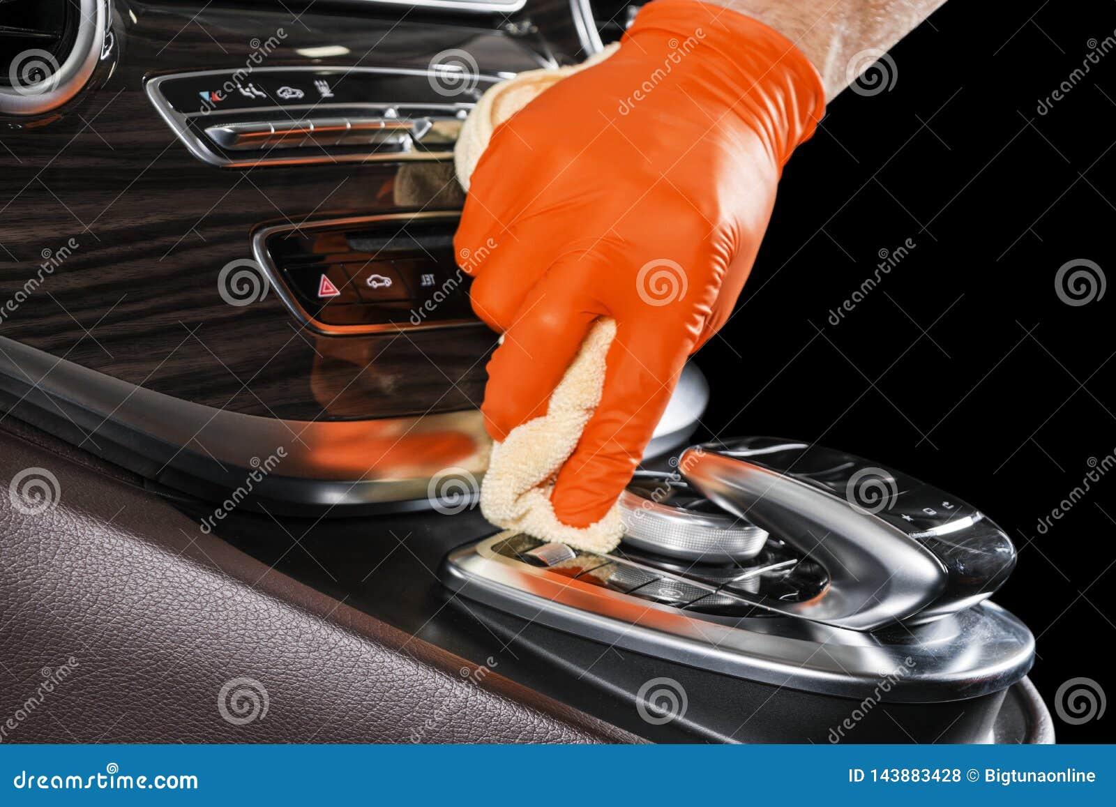 Um carro da limpeza do homem com pano do microfiber Conceito de detalhe ou valeting do carro Foco seletivo Detalhe do carro Limpe