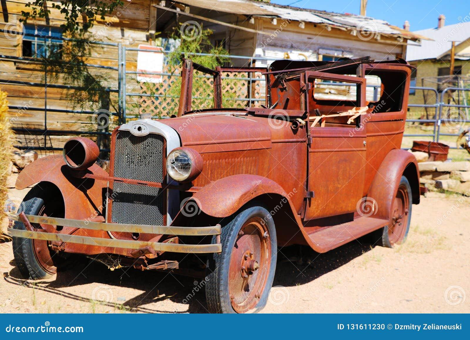 Um carro do vintage saiu abandonado perto da loja geral da agreira A loja geral da agreira é parada famosa em Route 66 histórico