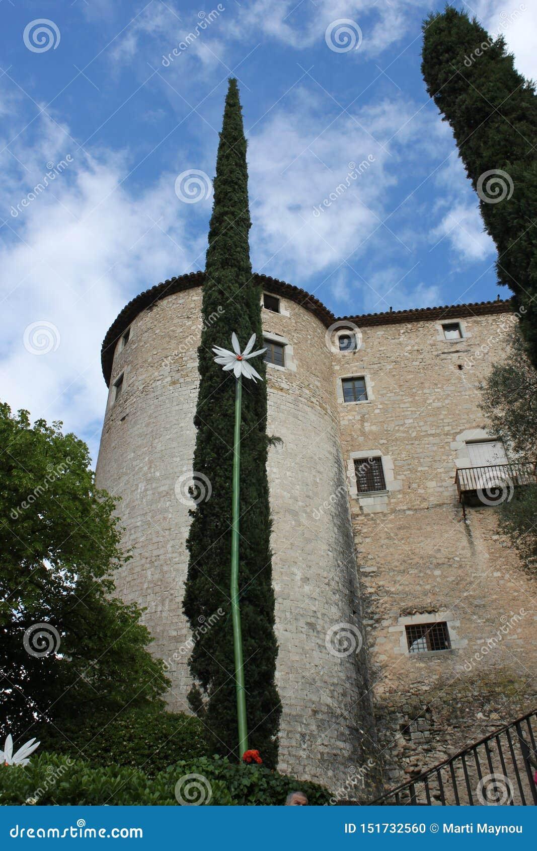Um castelo Catalan e uma parte do jardim