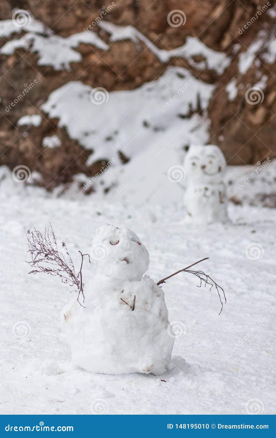 Um close up de um boneco de neve mal feito