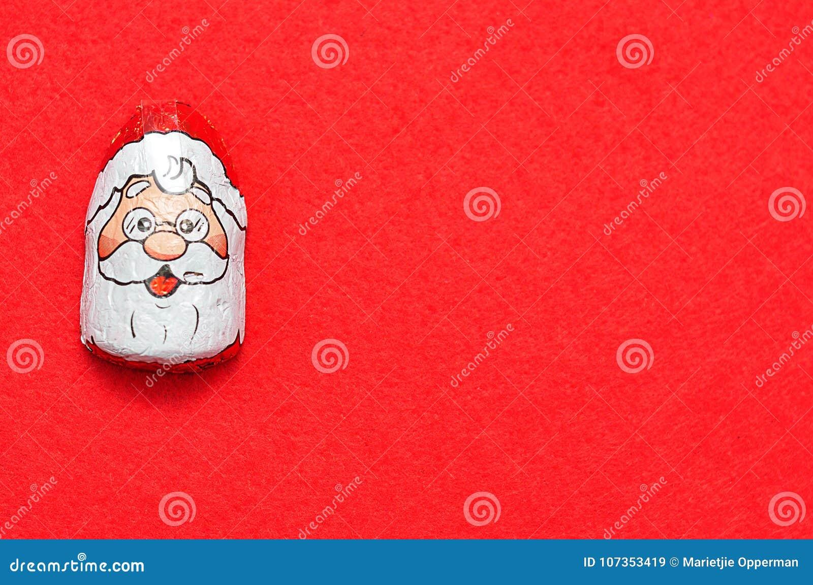 Um com cobertura em chocolate com Papai Noel enfrenta o envoltório