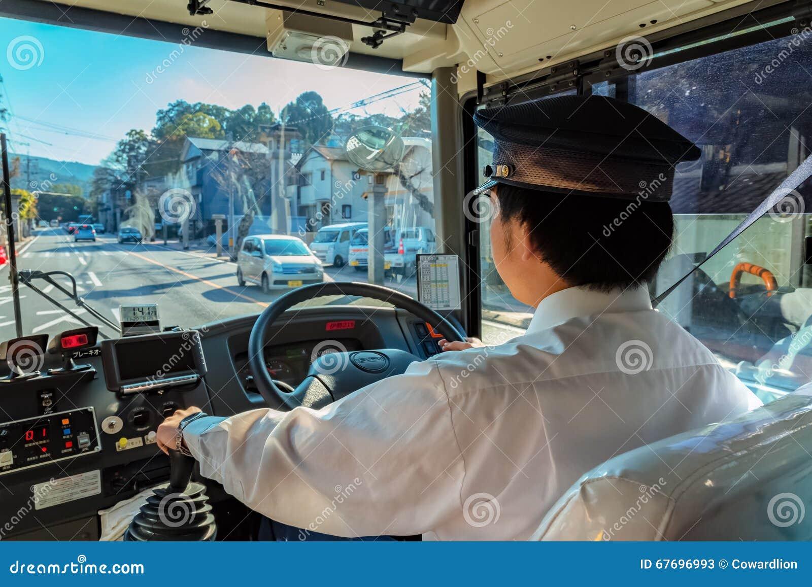 Um condutor de ônibus japonês em Ise City, Mie Prefecture, Japão
